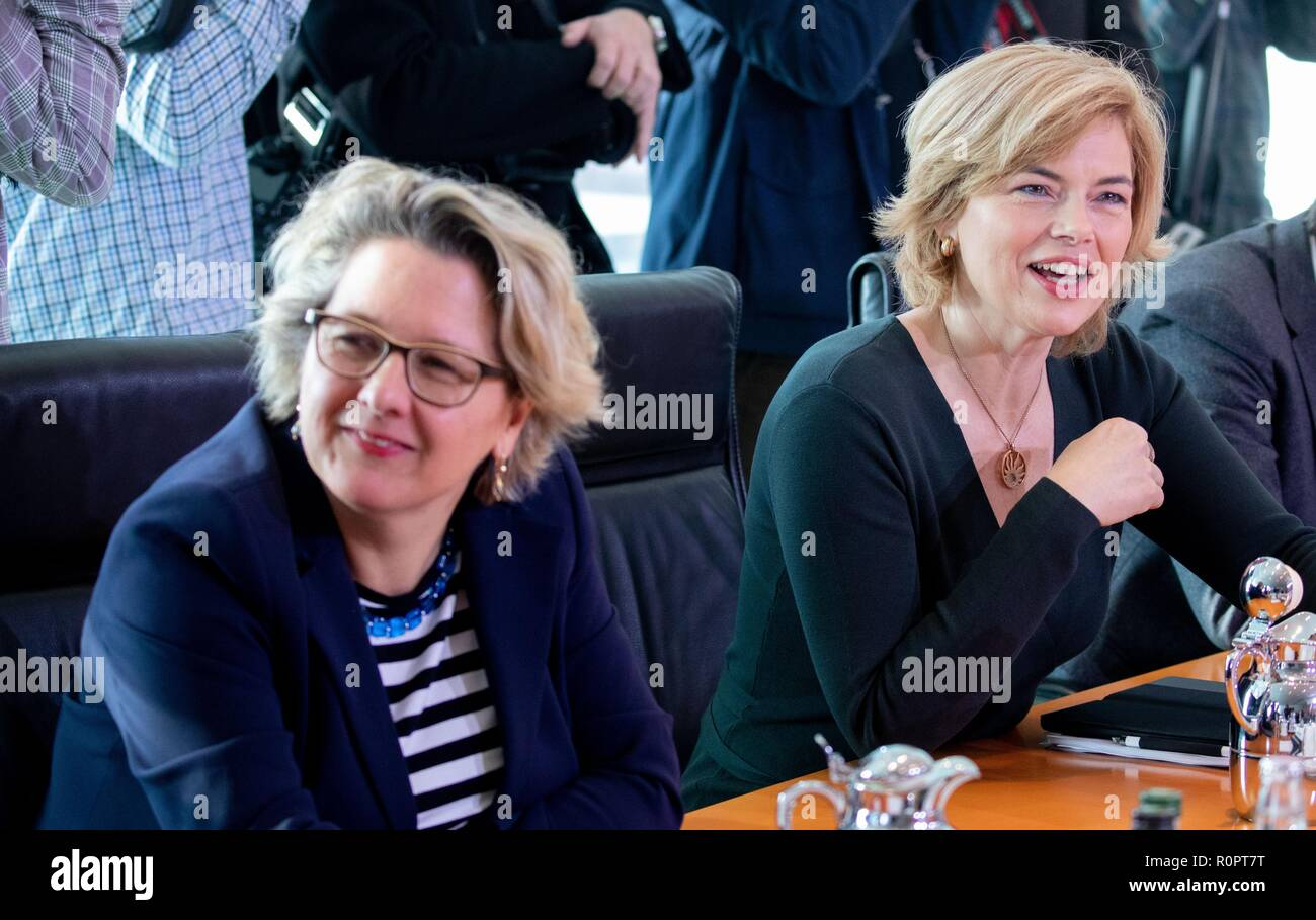 Berlin, Germany. 07th Nov, 2018. Svenja Schulze (l, SPD), Federal Minister for the Environment, Nature Conservation and Nuclear Safety, and Julia Klöckner (CDU), Federal Minister for Food and Agriculture, attend the Federal Cabinet meeting at the Federal Chancellery. Credit: Kay Nietfeld/dpa/Alamy Live News - Stock Image