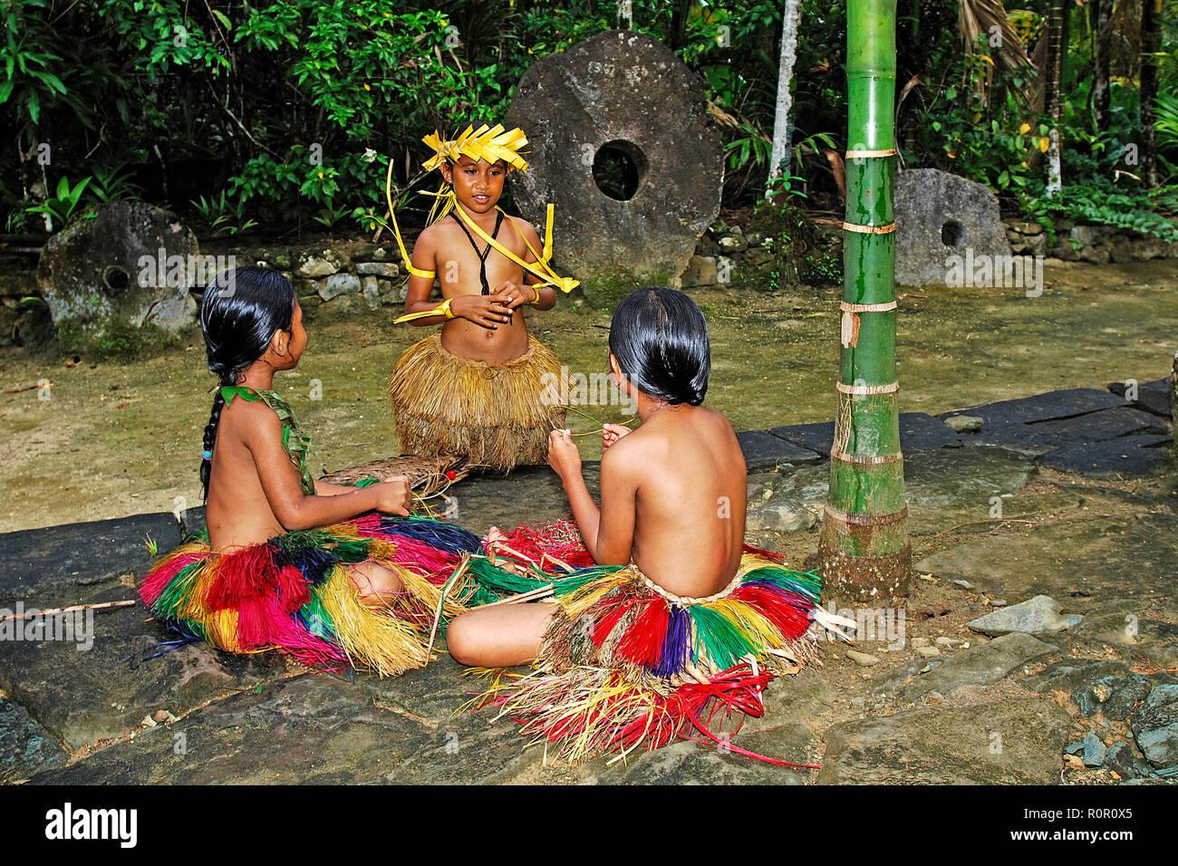 Einheimische Kinder mit Baströcken bei einem traditionellen Fest, Yap, Mikronesien | Traditionally dressed kids with hula skirts, Yap, Micronesia - Stock Image