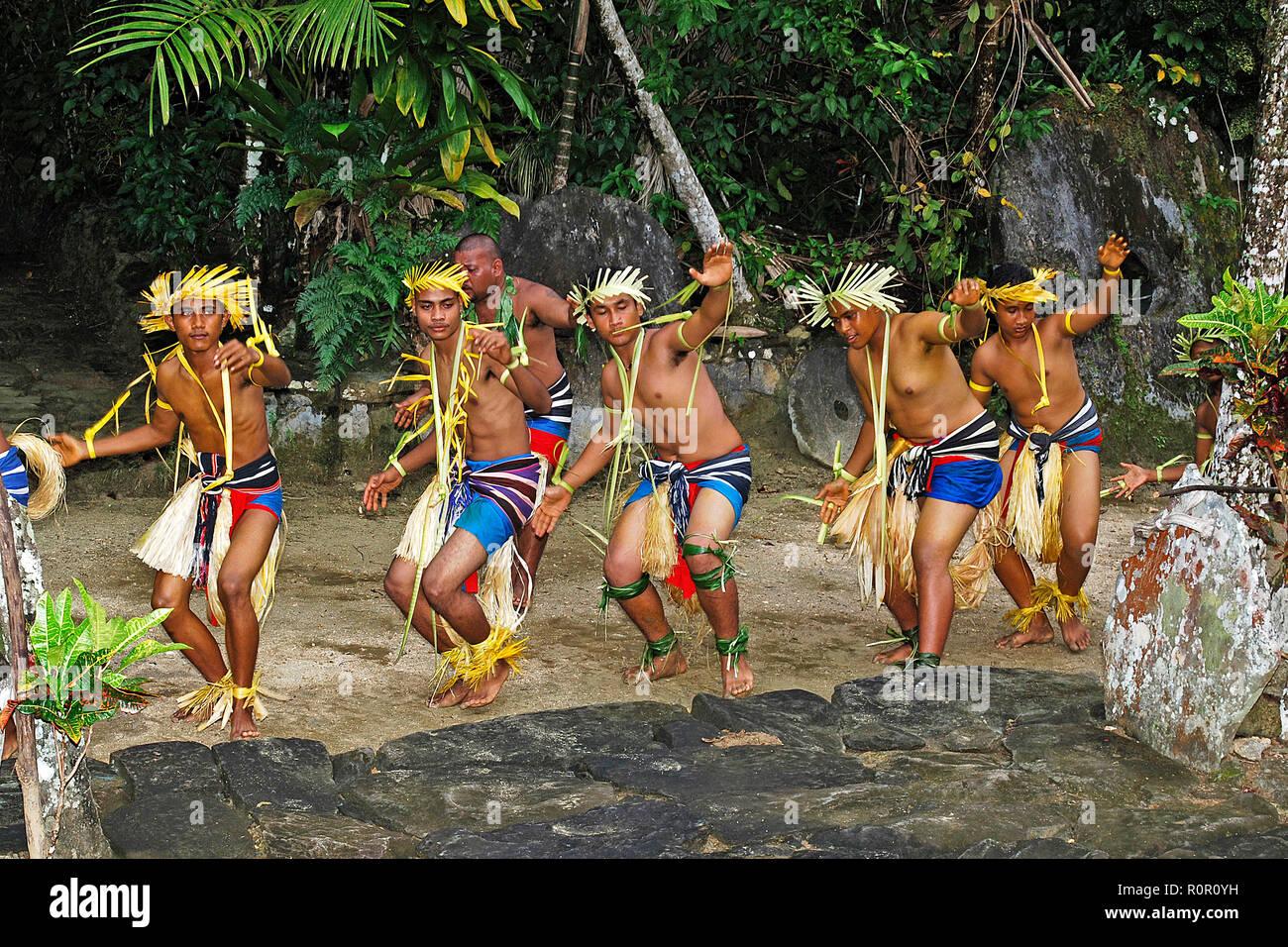 Einheimische Männer beim traditionellen Volkstanz, Yap, Mikronesien   Traditionally dressed Yapese dancer, Yap, Micronesia - Stock Image