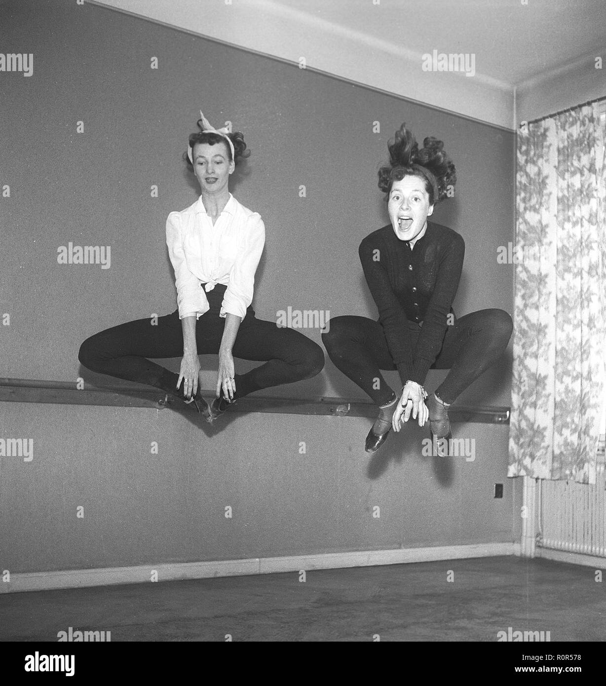 Ballet class in the 1940s. Two young dancers are jumping high up in the air. Sweden 1940s. Photo Kristoffersson ref AP38-6 - Stock Image