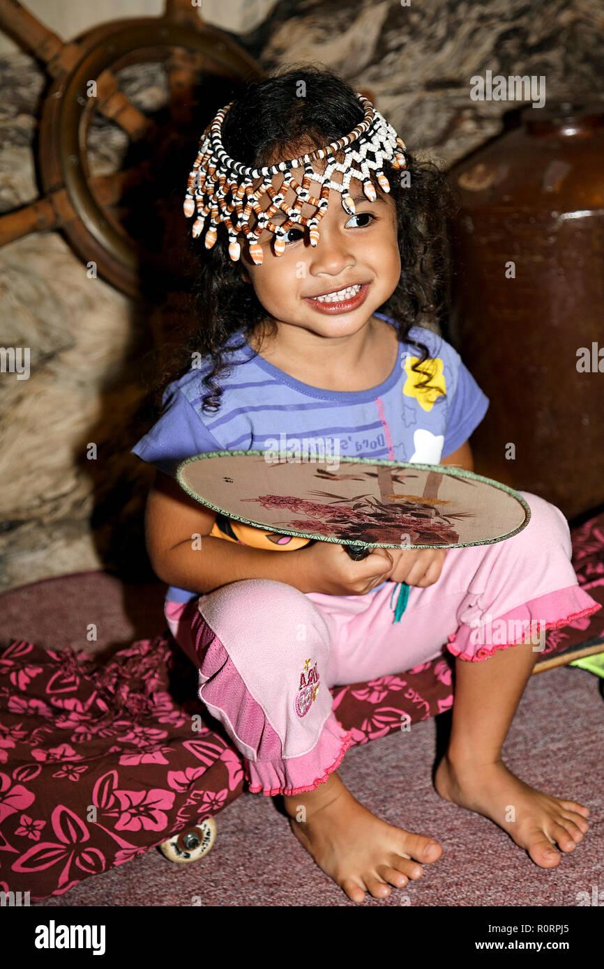 Einheimisches kleines Mädchen mit Kopfschmuck, Palau, Mikronesien | LLocal little girl with headgear, Palau, Micronesia Stock Photo