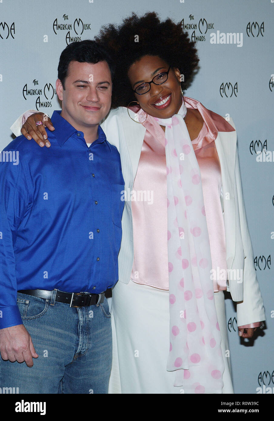 Jimmy Kimmel and Macy Gray presenting the nominees at the American Music Awards at the Beverly Hills Hotel in Los Angeles. September 16, 2003.         - Stock Image