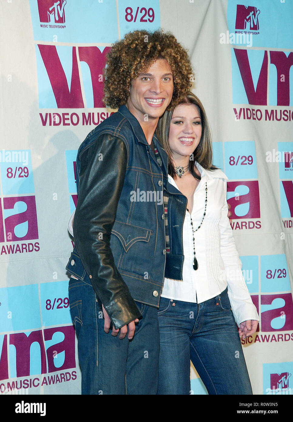 Kelly Clarkson And Justin Guarini Backstage At The MTV Vma Awards Radio Music Hall In New York August 29 2002