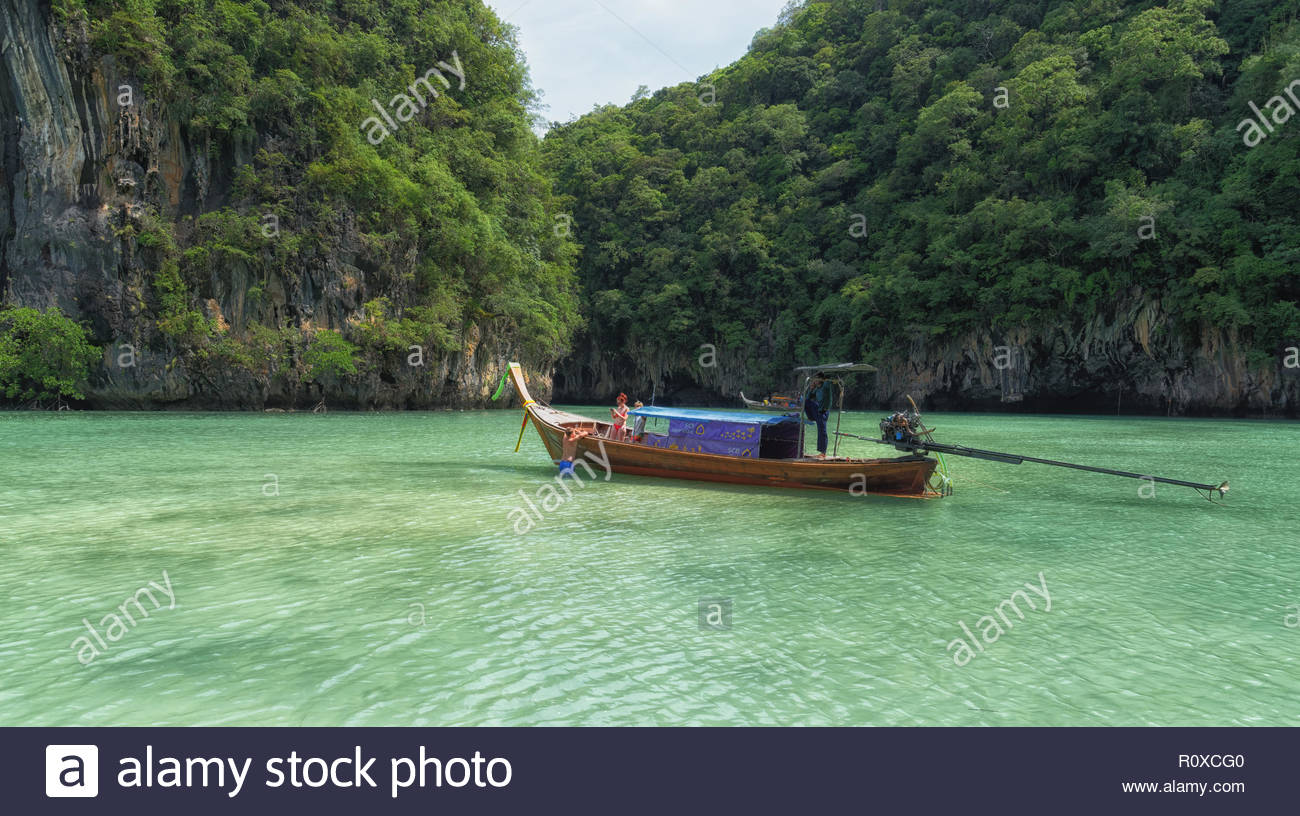 The lagoon of Hong Island is magic. Surrounded by rocks, and green turquoise water. In middle of the Andaman see... It seems that there is connexion ! - Stock Image