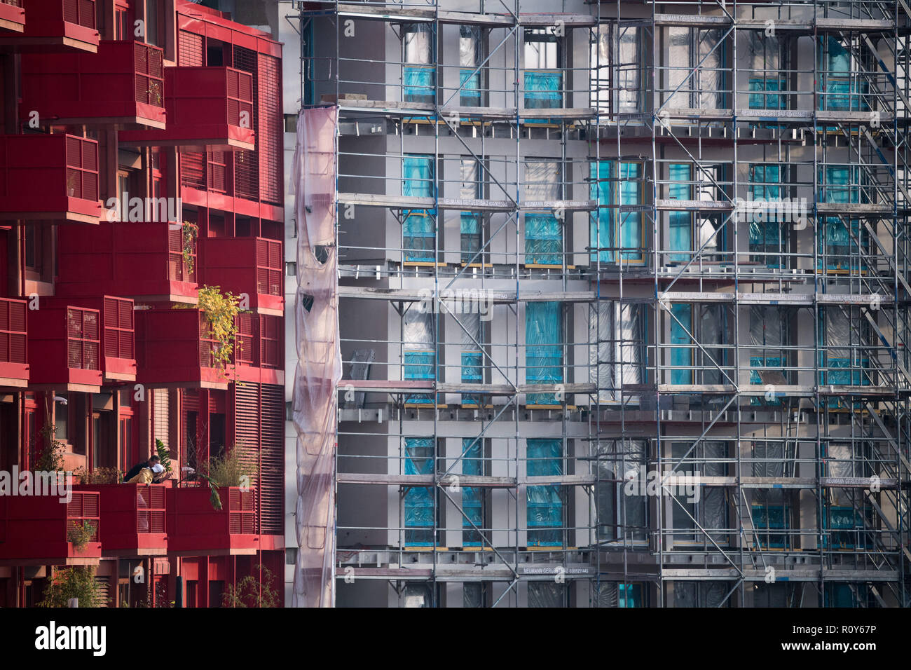 Berlin, Germany. 07th Nov, 2018. A scaffolding stands at a shell next to already finished new apartments in Kreuzberg. Lack of housing is a big problem in Berlin. According to a study commissioned by the German Social Association, the poor must also spend significantly more on housing than the normally paid and the rich, measured against household income. Credit: Bernd von Jutrczenka/dpa/Alamy Live News Stock Photo