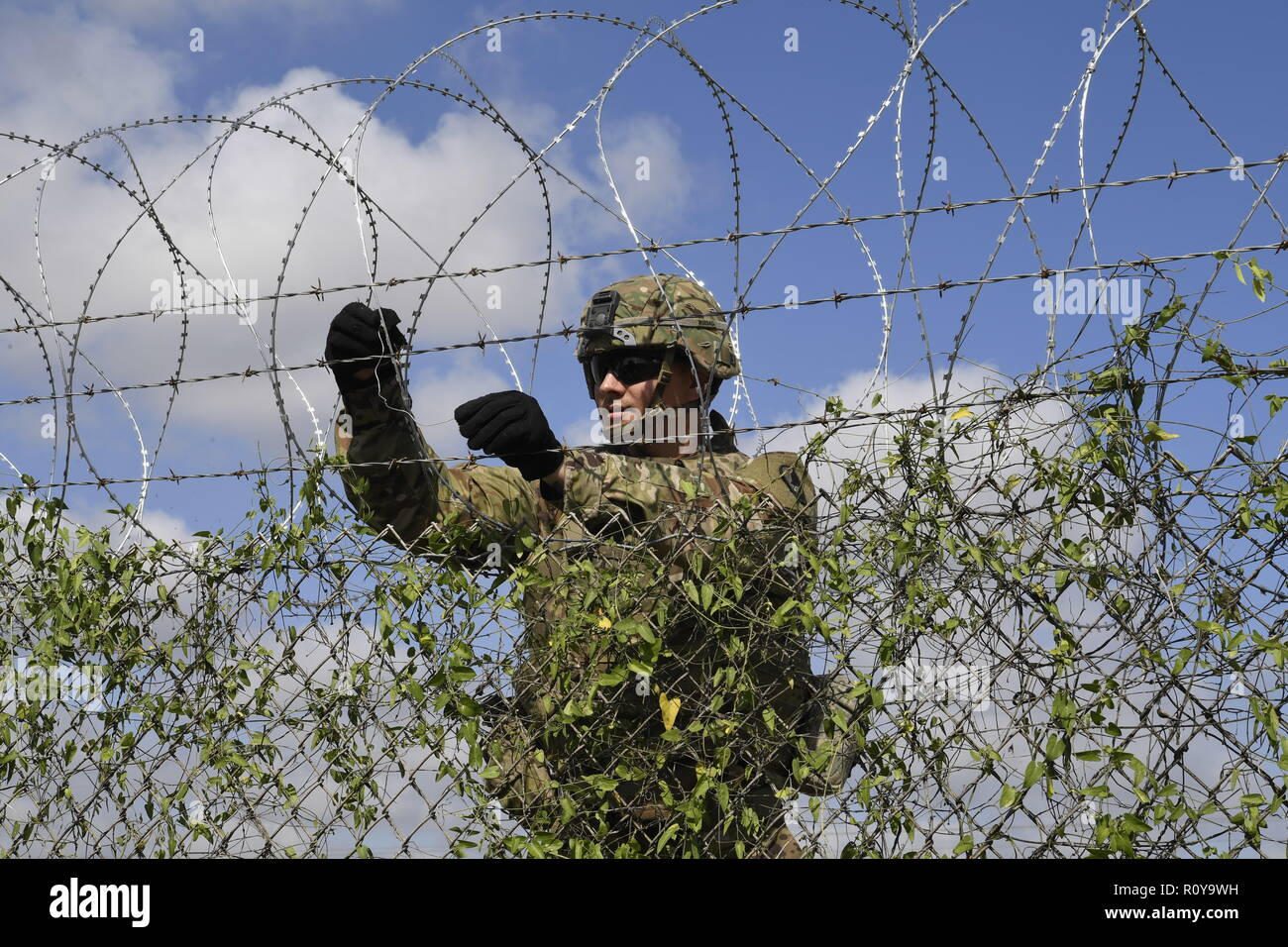 U.S. Army soldiers from the 541st Sapper Company, install concertina wire along the Mexico border at Donna Rio Bravo International Bridge November 6, 2018 Donna, Texas. The troops are deploying to the U.S. - Mexico border by order of President Donald Trump to intercept the Honduran migrant caravan. Stock Photo