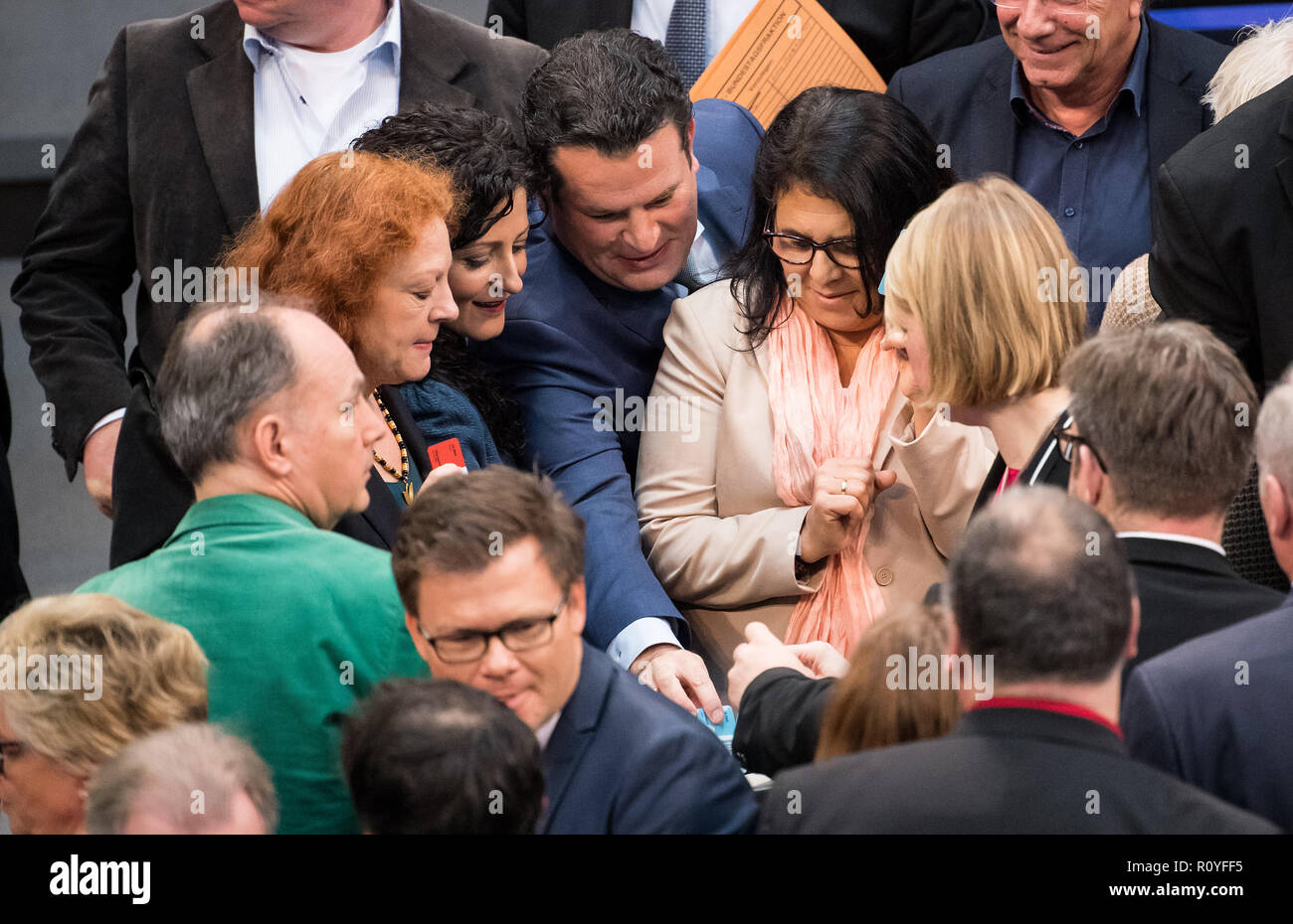 Berlin, Germany. 08th Nov, 2018. 08 November 2018, Berlin: Hubertus Heil (M, SPD), Federal Minister of Labour and Social Affairs, hands in his voting card at the roll-call vote on the pension package during the plenary session of the German Bundestag. Topics of the 61st session of the 19th legislative period include the pension package introduced by the Federal Government, additional safe countries of origin, tax relief for families, changes in asylum law, accelerated traffic planning and a current hour on the INF (Intermediate Range Nuclear Forces) nuclear disarmament treaty. Photo: Bernd von - Stock Image