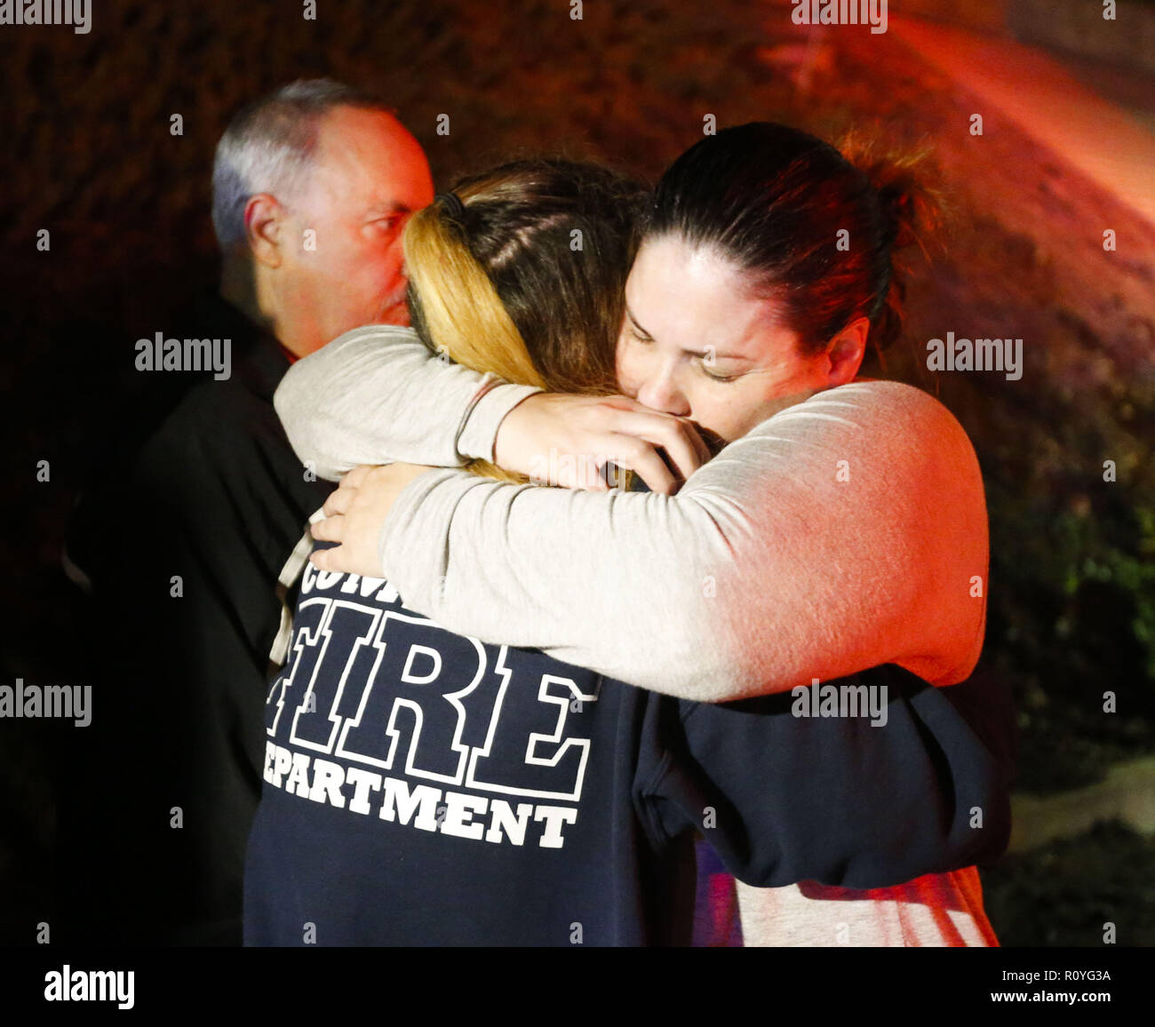Los Angeles, California, USA. 8th Nov, 2018. People comfort each other outside the Borderline Bar and Grill where a gunman injured 11 people in Thousand Oaks, California, November 8, 2018. Ventura County sheriff's spokesman says gunman is dead inside the bar. Credit: Ringo Chiu/ZUMA Wire/Alamy Live News - Stock Image