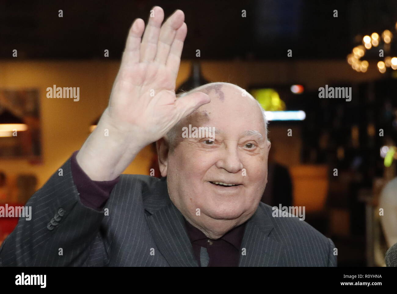 Moscow, Russia. 08th Nov, 2018. MOSCOW, RUSSIA - NOVEMBER 8, 2018: The last leader of the Soviet Union, Mikhail Gorbachev (C), attends the Moscow premiere of the documentary Meeting Gorbachev by German filmmaker Werner Herzog and British filmmaker Andre Singer at the Karo 8 Kapitoly Vernadskogo cinema. Mikhail Japaridze/TASS Credit: ITAR-TASS News Agency/Alamy Live News - Stock Image