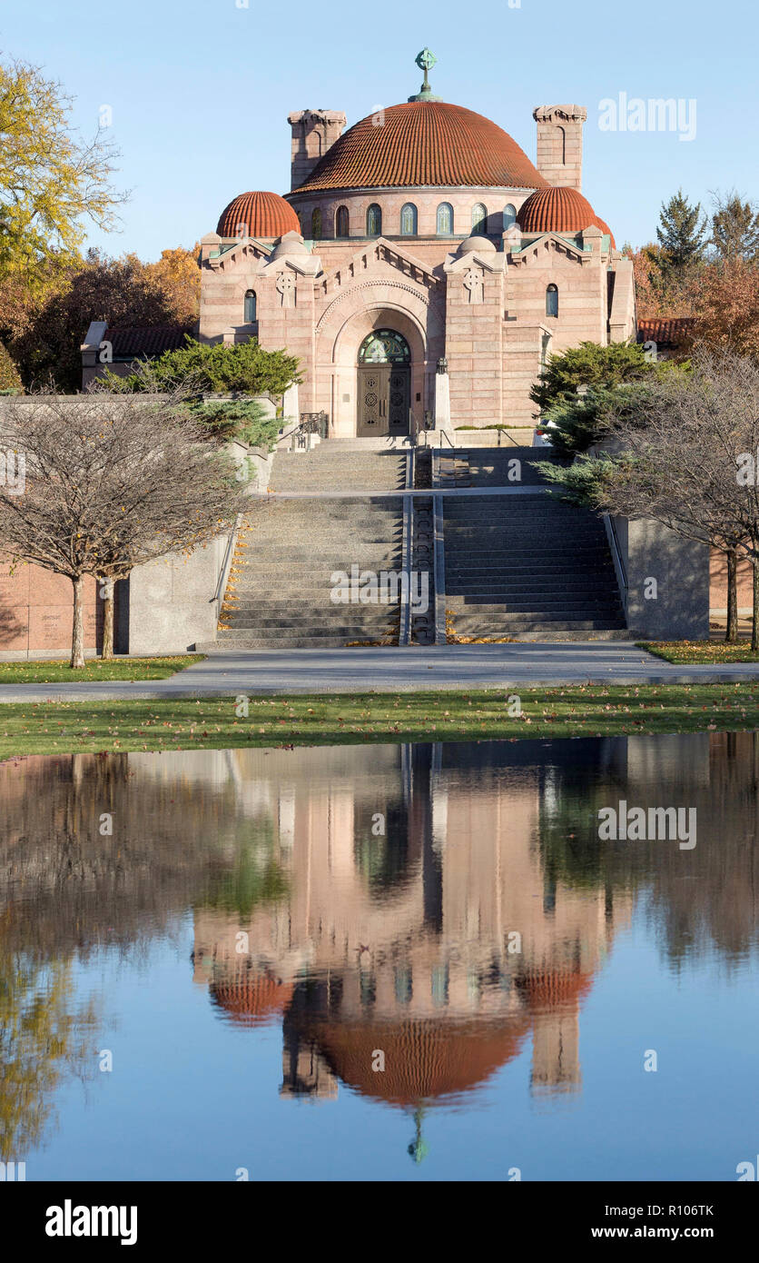 Reflecting pool and the historic 1908 Lakewood Memorial Chapel in Minneapolis, Minnesota,  The chapel was designed by architect Harry Wild Jones. The  - Stock Image