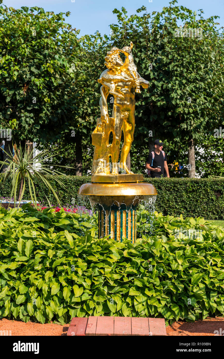 The Grand Palace and Grand Cascade of the Peterhof Palace and grounds and gardens, Petergof St Saint Petersburg, Russian Sankt Peterburg, formerly (19 - Stock Image