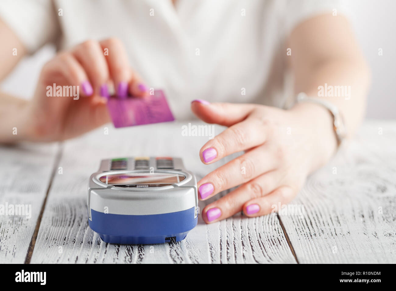 Woman pay with credit card - Stock Image