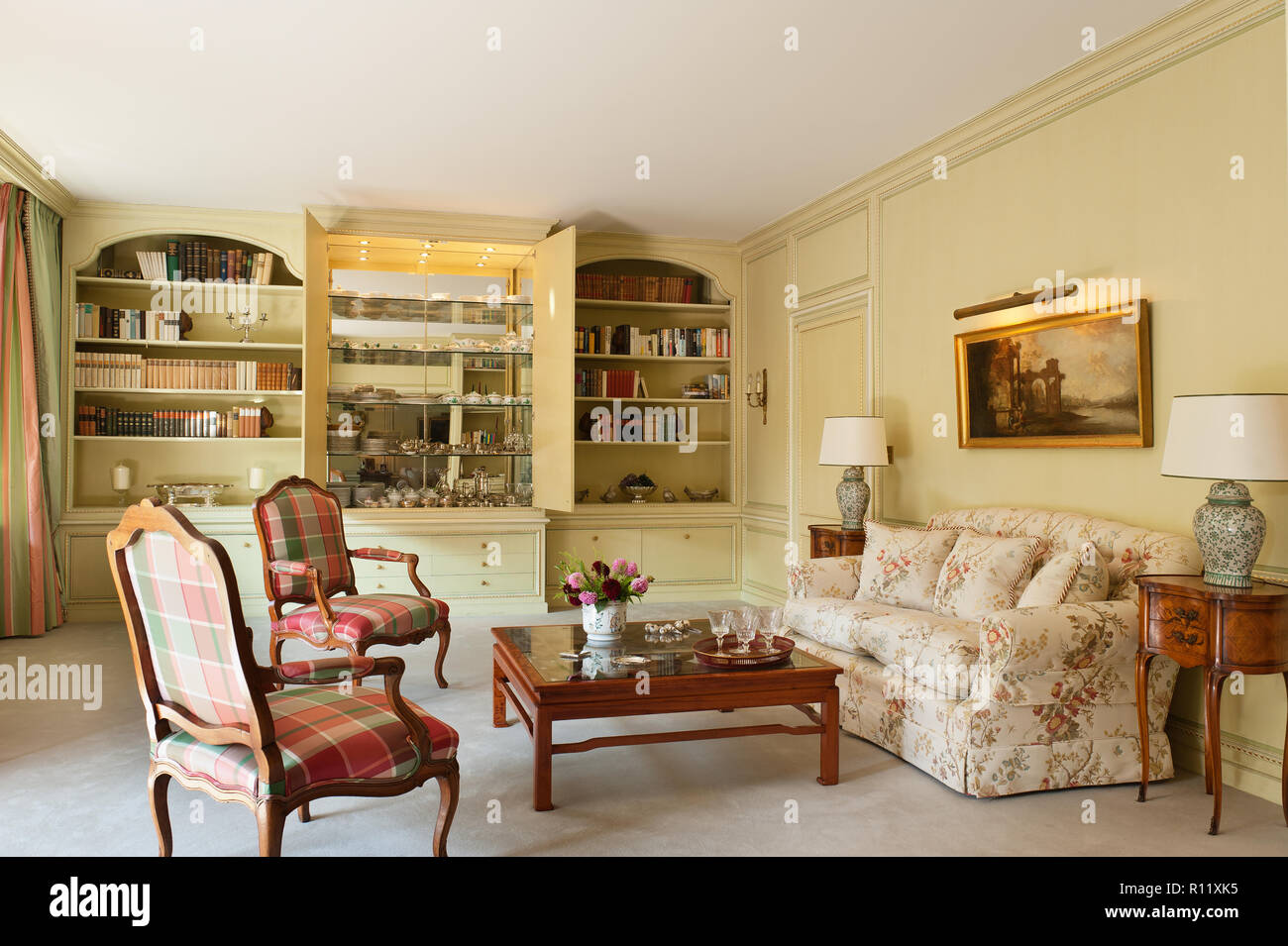Edwardian living room with built in shelving - Stock Image