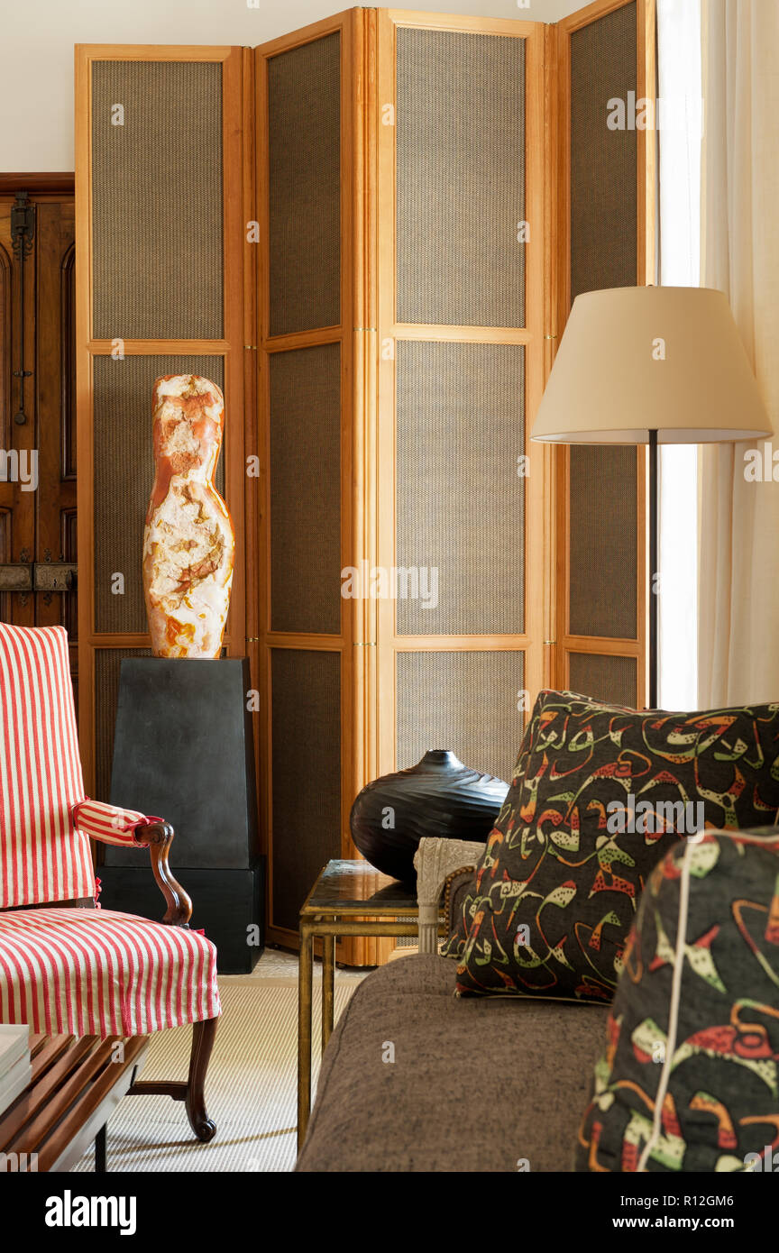 Sculpture and folding screen in living room Stock Photo