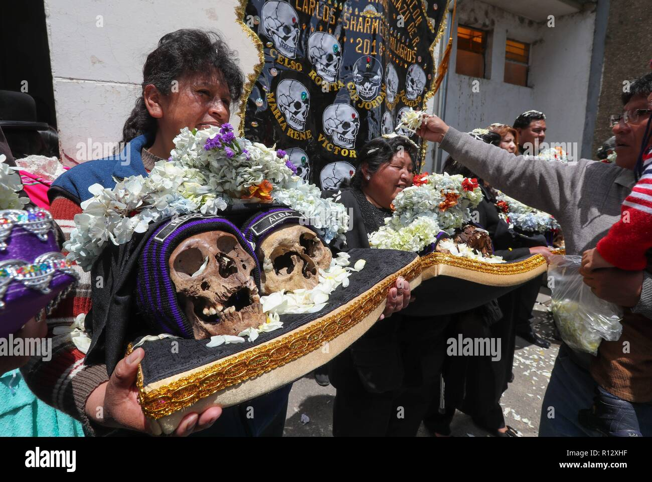 La Paz, Bolivia. 08th Nov, 2018. Bolivian citizens show human skulls called 'natitas' on the occasion of the 'natitas' festivity, in La Paz, Bolivia, 08 November 2018. The celebrations to honor the dead in Bolivia started past 01 November and end today with the peculiar festivity dedicated to these human skulls which are believed to possess protective capacities. Credit: Martin Alipaz/EFE/Alamy Live News - Stock Image