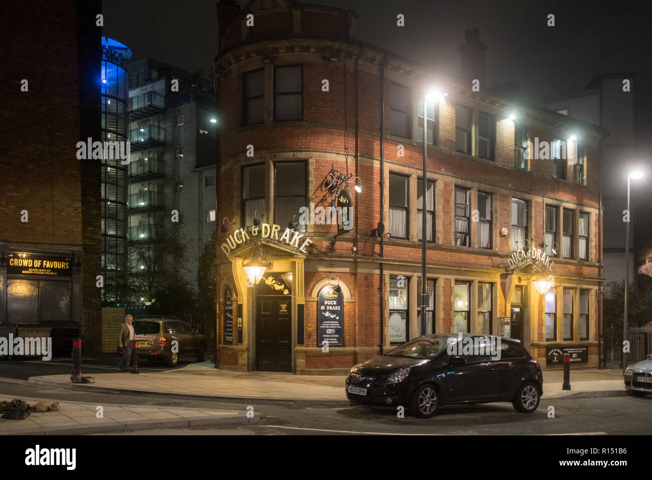 Duck & Drake Pub in the Kirkgate area in the city center of Leeds by night - Stock Image