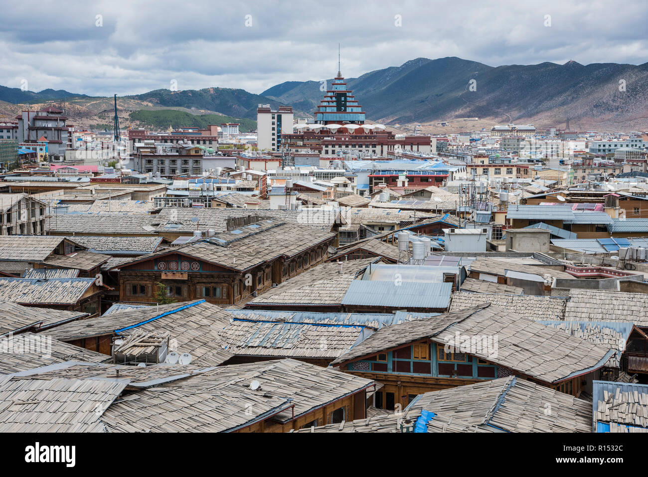 A roof top view of the ancient town of Zongdian, later renamed  Shangri- La  by the Chinese to promote tourism. China - Stock Image