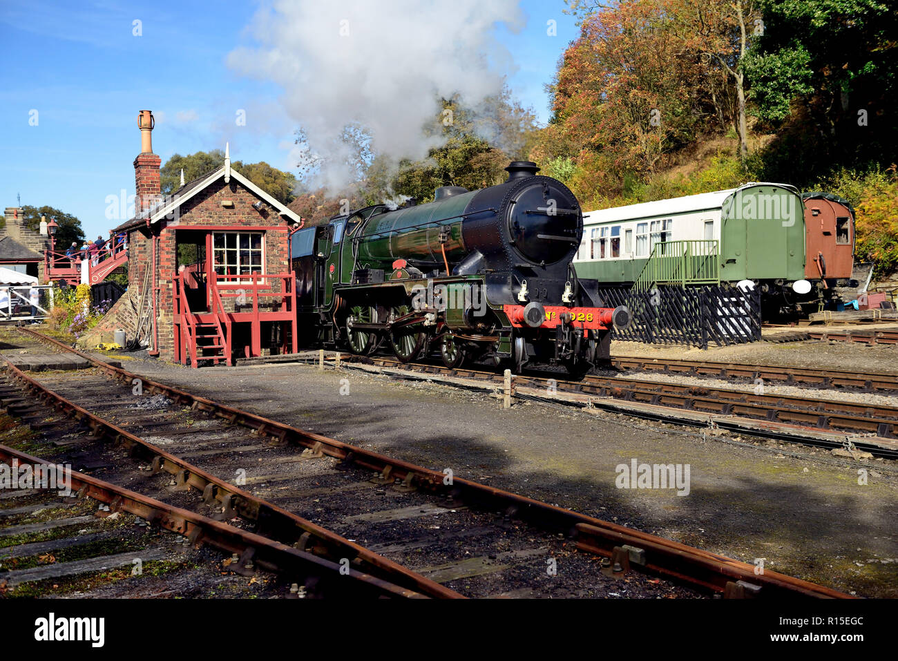 Briefly running without its smoke deflectors, SR Schools class No 926 'Repton' passes Goathland signal box with a demonstration freight. - Stock Image
