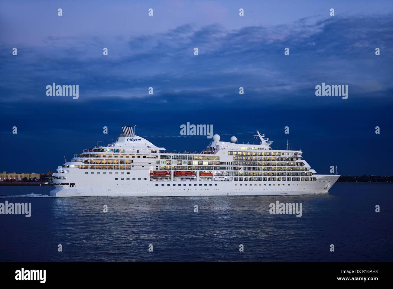 Cruise ship Seven Seas Navigator of the Regent Line leaves the East River, Manhattan, New York City, USA - Stock Image