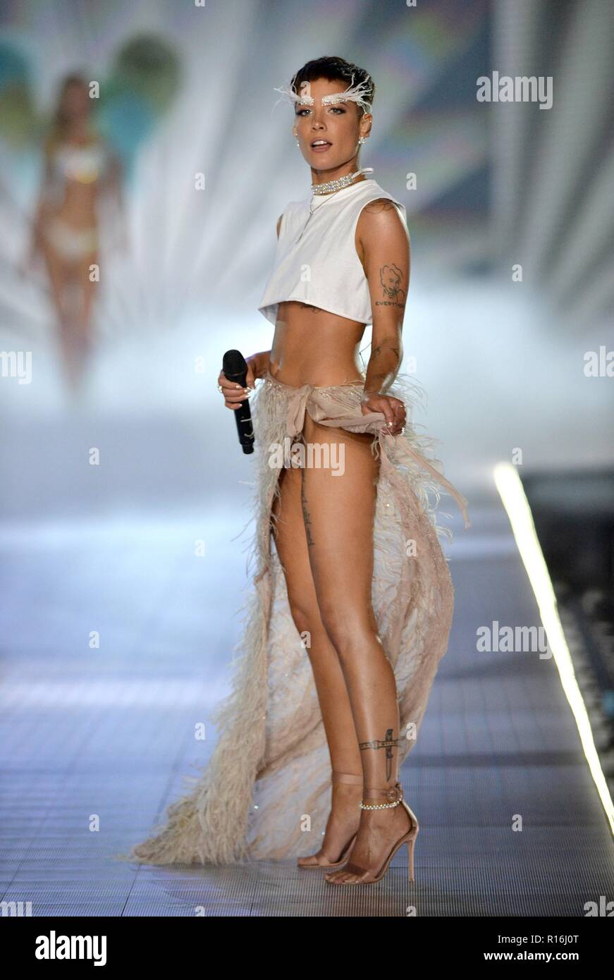 Halsey On The Runway For 2018 Victoria S Secret Fashion Show
