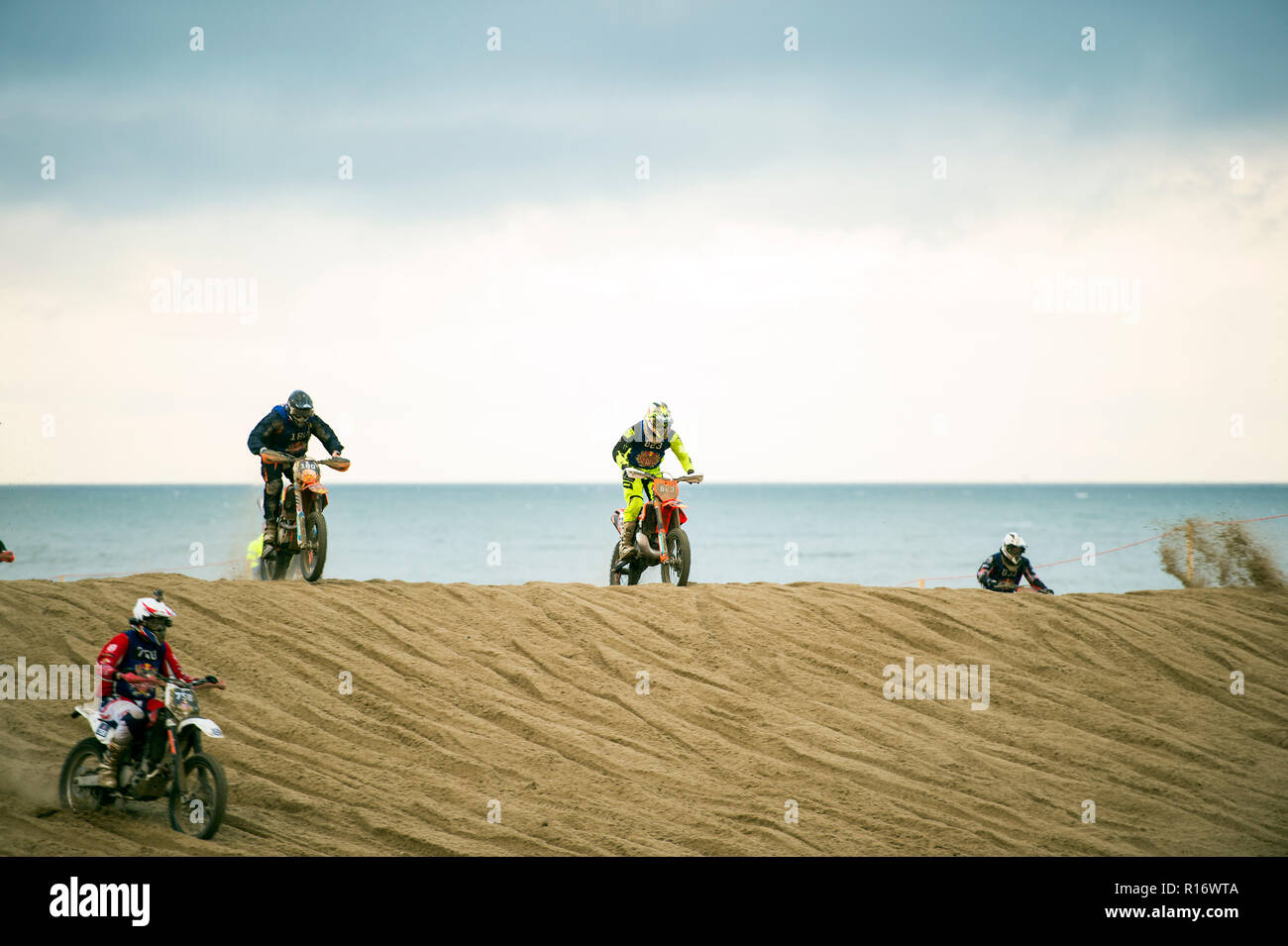 "The Hague, Netherlands. 10th November 2018. 982 motocross riders on the beach of Scheveningen who give everything to be the first to reach the finish.  Red Bull Knock Out is part of ""Feest aan Zee"" in which The Hague celebrates that the seaside resort of Scheveningen exists for 200 years.from all Europe have participated in the ""Red Bull Knock Out 2018"" in The Hague, Credit: Gonçalo Silva/Alamy Live News - Stock Image"