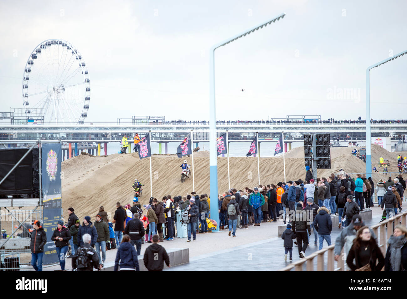 """The Hague, Netherlands. 10th November 2018. 982 motocross riders on the beach of Scheveningen who give everything to be the first to reach the finish.  Red Bull Knock Out is part of """"Feest aan Zee"""" in which The Hague celebrates that the seaside resort of Scheveningen exists for 200 years.from all Europe have participated in the """"Red Bull Knock Out 2018"""" in The Hague, Credit: Gonçalo Silva/Alamy Live News - Stock Image"""