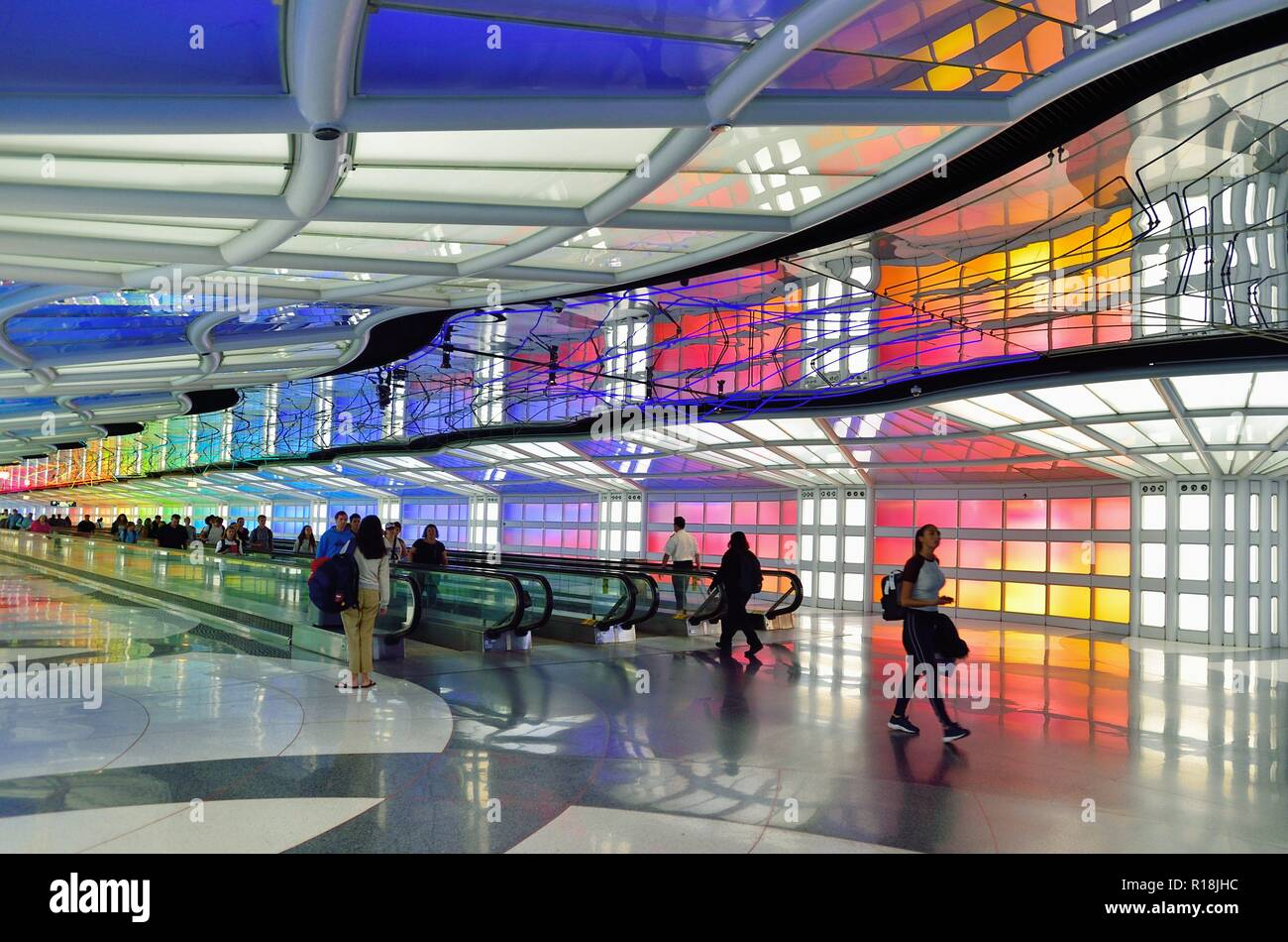 Chicago, Illinois, USA. The colorfully appointed tunnel passageway connecting two United Airlines terminals at O'Hare International Airport. - Stock Image