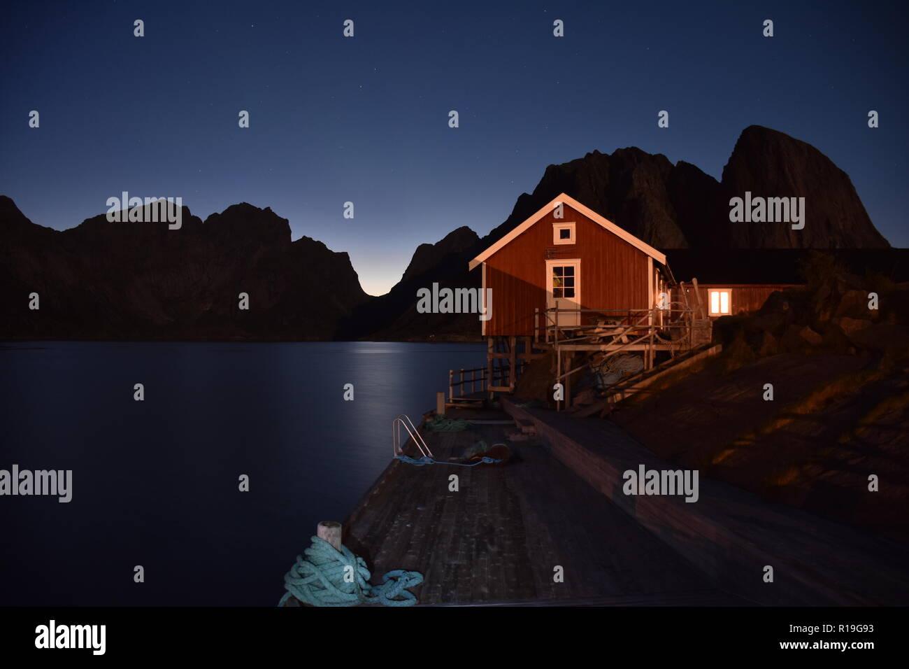 Nordlicht, Polarlicht, Aurora, Aurora Borealis, Norwegen, Reine, Moskenes, Lofoten, Abend, Abendstimmung, Reinefjorden, Fjord, Nacht, Silhouette - Stock Image