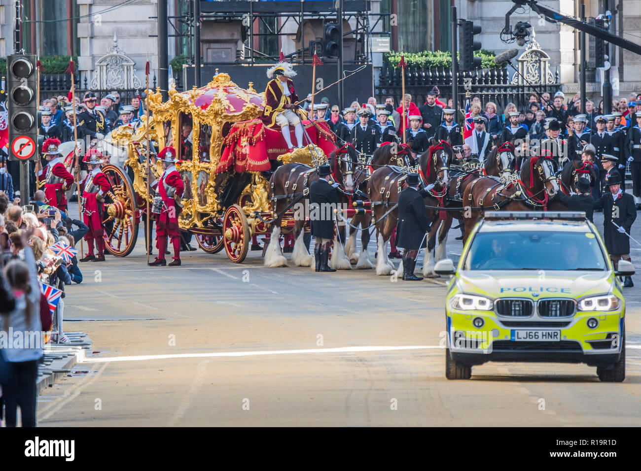 London, UK. 10th Nov, 2018. The Mayor arrives at Bank - The new Lord Mayor (Peter Estlin, the 691st) was sworn in yesterday. To celebrate, today is the annual Lord Mayor's Show. It includes Military bands, vintage buses, Dhol drummers, a combine harvester and a giant nodding dog in the three-mile-long procession. It brings together over 7,000 people, 200 horses and 140 motor and steam-driven vehicles in an event that dates back to the 13th century. The Lord Mayor of the City of London rides in the gold State Coach. Credit: Guy Bell/Alamy Live News - Stock Image