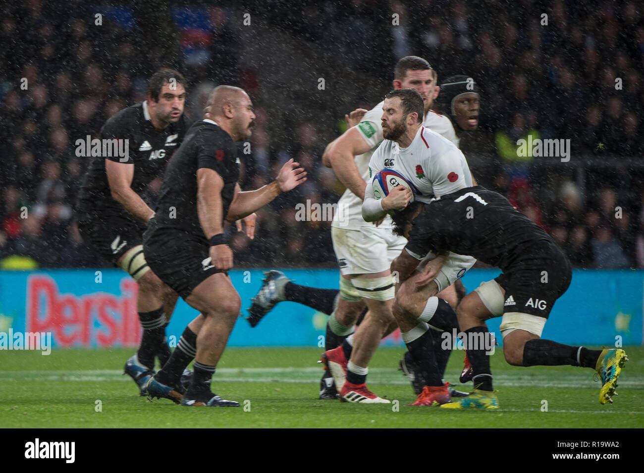 Twickenham, United Kingdom, Saturday, 10th  November 2018, RFU, Rugby, Stadium, England, Quilter, Autumn International, England vs New Zealand Elliot DALY tackled by Ardie SAVEA,  © Peter Spurrier - Stock Image