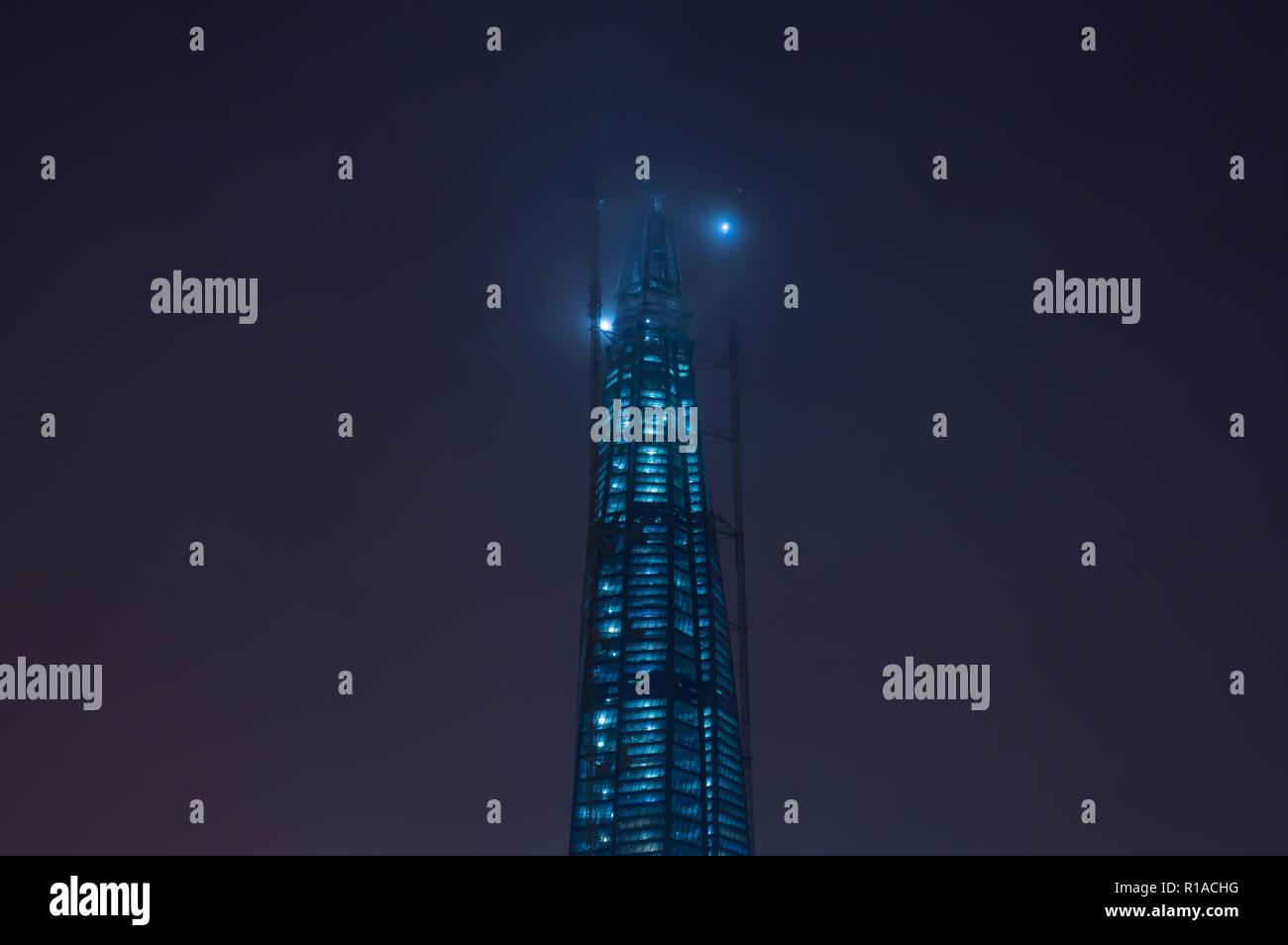 Skyscraper construction at nicht - Stock Image