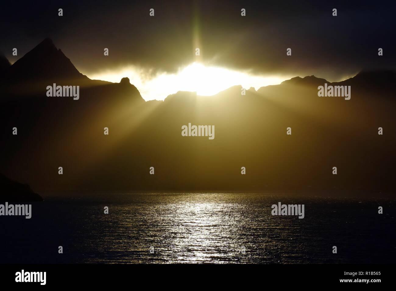 Norwegen, Reine, Moskenes, Lofoten, Abend, Abendstimmung, Wolken, Sonnenstrahl, Sonnenstrahlen, Sonne, Reinefjorden, Fjord, Nacht, Dämmerung, Dämmersc - Stock Image
