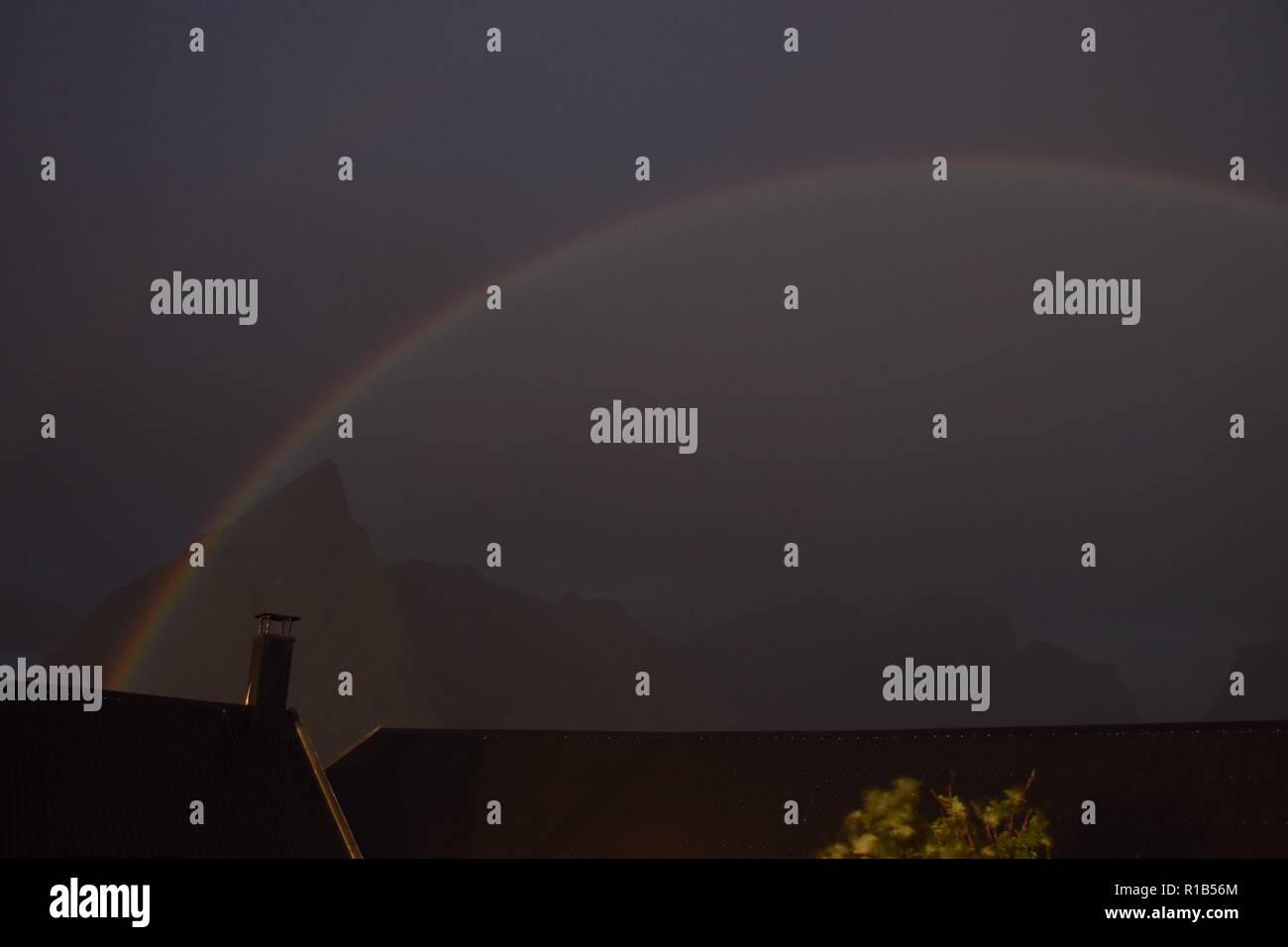Mondregenbogen, Regenbogen, Norwegen, Reine, Lofoten, Nacht, Vollmond, Himmel, Doppelregenbogen, Regenbogenfarben, grün, rot, gelb, blau, violett - Stock Image