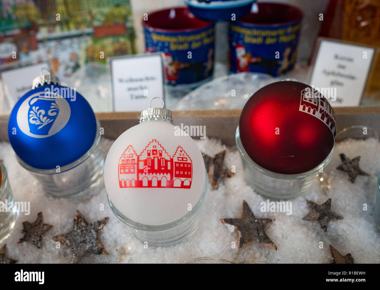 09 November 2018, Hessen, Frankfurt/Main: Christmas baubles with Frankfurt motifs can be bought in a shop on Römerberg. (to dpa 'Cuddling with Frankfurt, drinking watering: City merchandising booms' from 11.11.2018) Photo: Frank Rumpenhorst/dpa - Stock Image