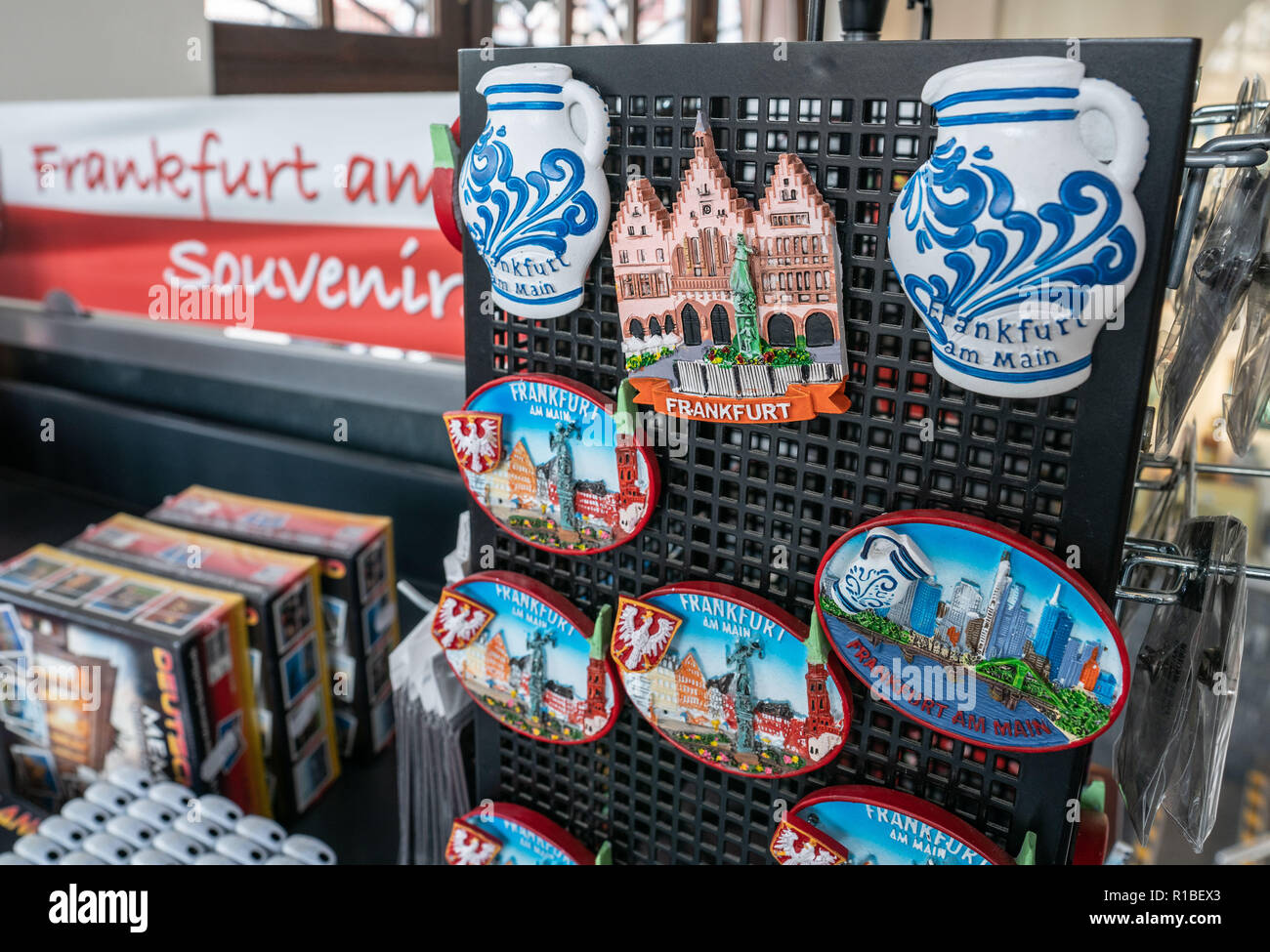 09 November 2018, Hessen, Frankfurt/Main: A large selection of fridge magnets with Frankfurt motifs can be bought in a shop on Römerberg. (to dpa 'Cuddling with Frankfurt, drinking watering: City merchandising booms' from 11.11.2018) Photo: Frank Rumpenhorst/dpa - Stock Image