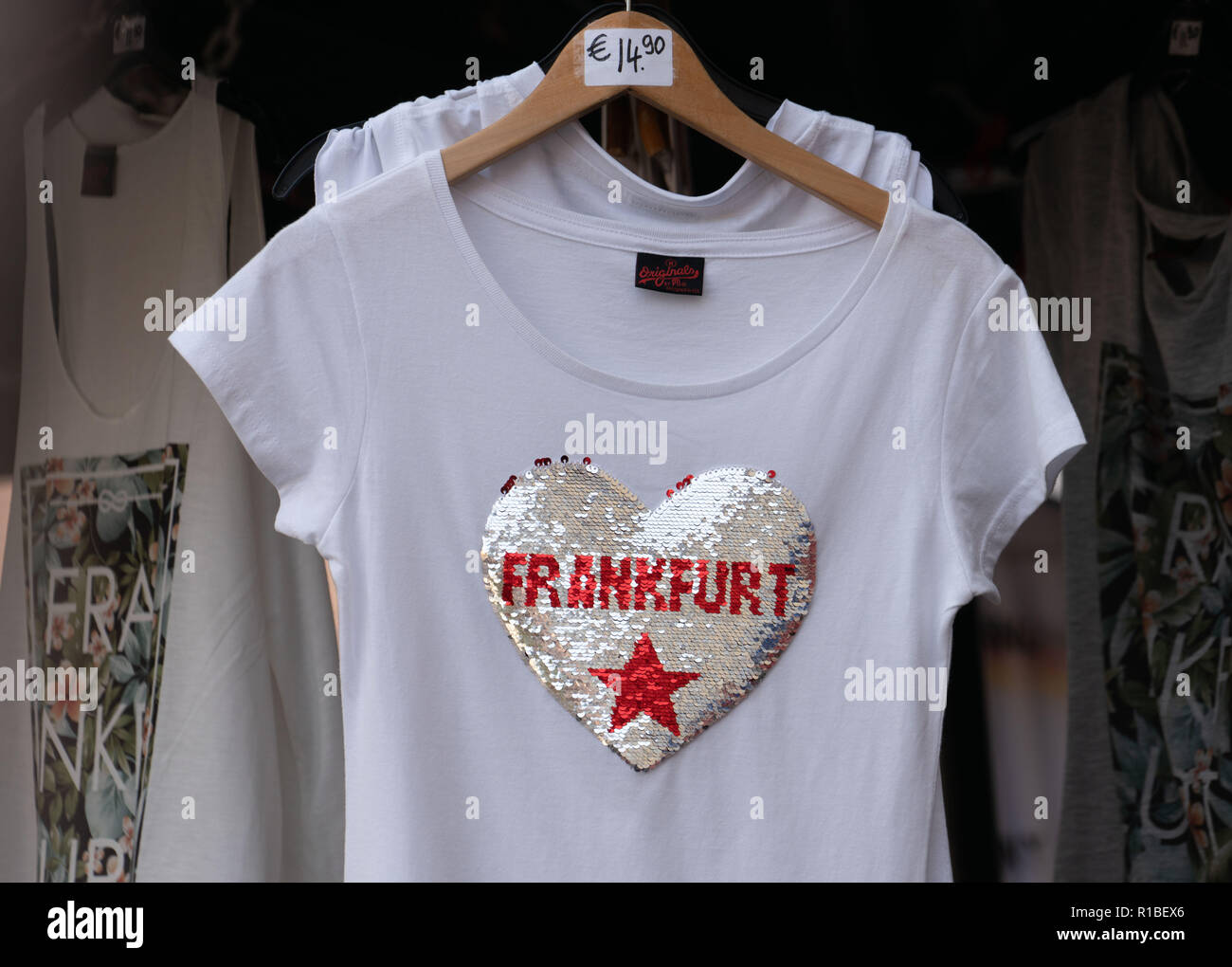 09 November 2018, Hessen, Frankfurt/Main: T-shirts with the glitter inscription 'Frankfurt' in a heart can be bought in a shop on the Römerberg. (to dpa 'Cuddling with Frankfurt, drinking watering: City merchandising booms' from 11.11.2018) Photo: Frank Rumpenhorst/dpa - Stock Image