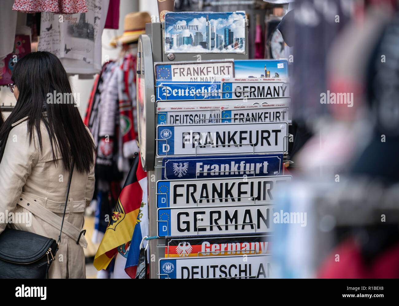 09 November 2018, Hessen, Frankfurt/Main: A large selection of signs with the inscription 'Frankfurt' can be bought in a shop on the Römerberg. (to dpa 'Cuddling with Frankfurt, drinking watering: City merchandising booms' from 11.11.2018) Photo: Frank Rumpenhorst/dpa - Stock Image