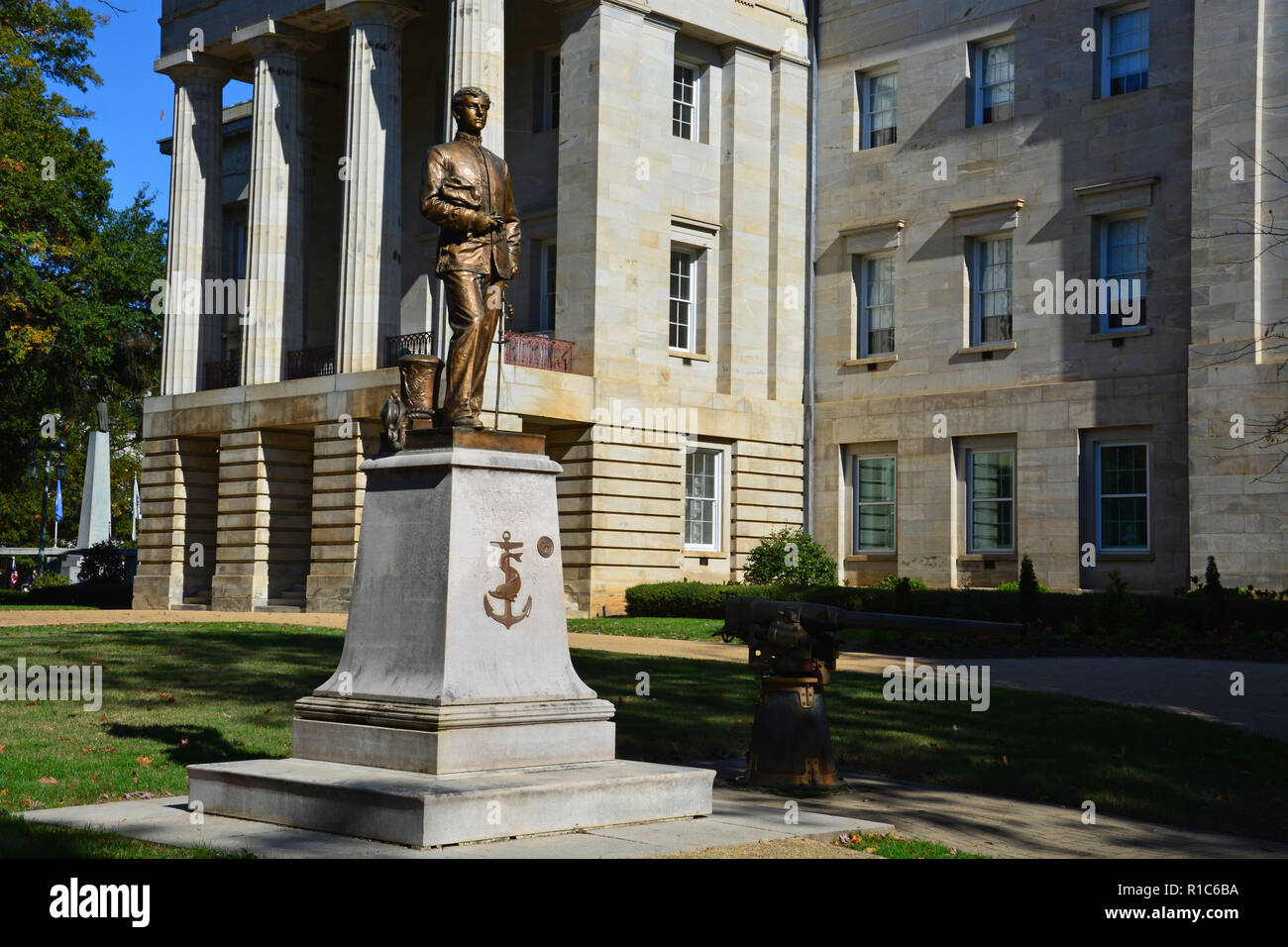 A memorial to Worth Bagley outside the old NC Capitol building. In 1898 Worth was the first American killed in the Spanish-American War in in Cuba. - Stock Image