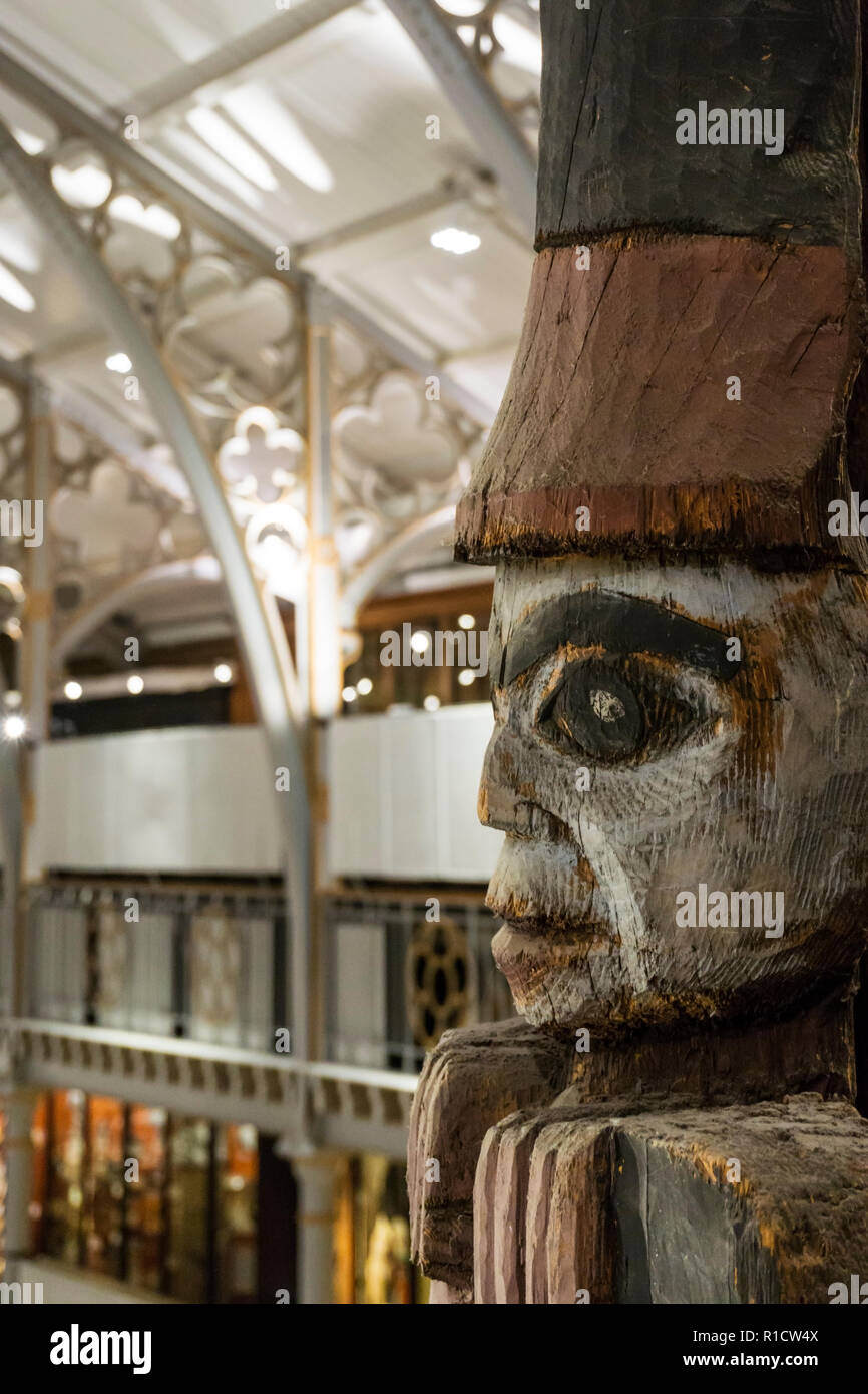 One of the seated figures or watchmen on top of the Haida totem pole in the Pitt-Rivers museum, Oxford. - Stock Image