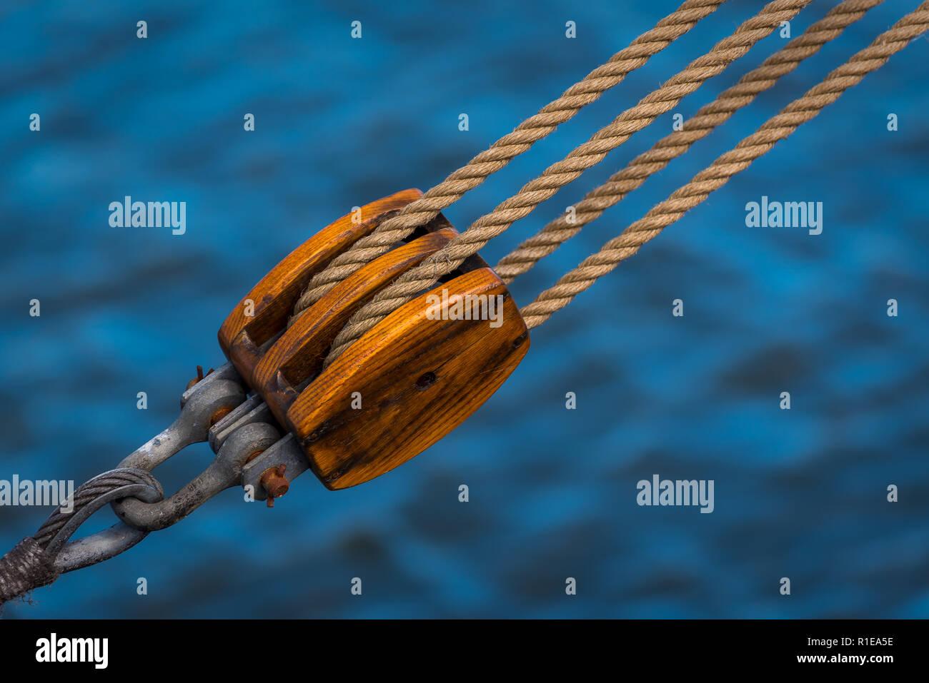 Holzblock in der Takelage eines historischen Segelschiffes - Stock Image