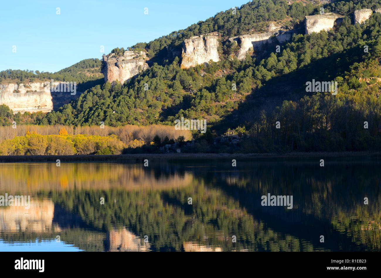 Still waters and autumn colours in the Uña Lake, Serranía de Cuenca, Spain - Stock Image