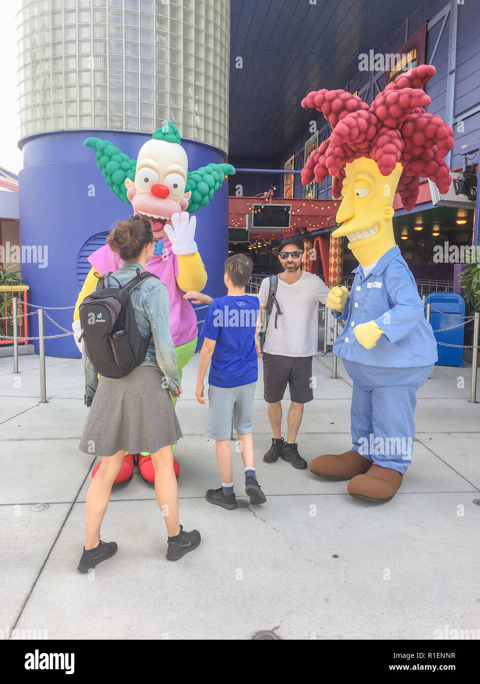 APRIL 25, 2018 - ORLANDO, FLORIDA: FAMILY POSES WITH SIMPSON CHARACTERS AT UNIVERSAL STUDIOS. - Stock Image