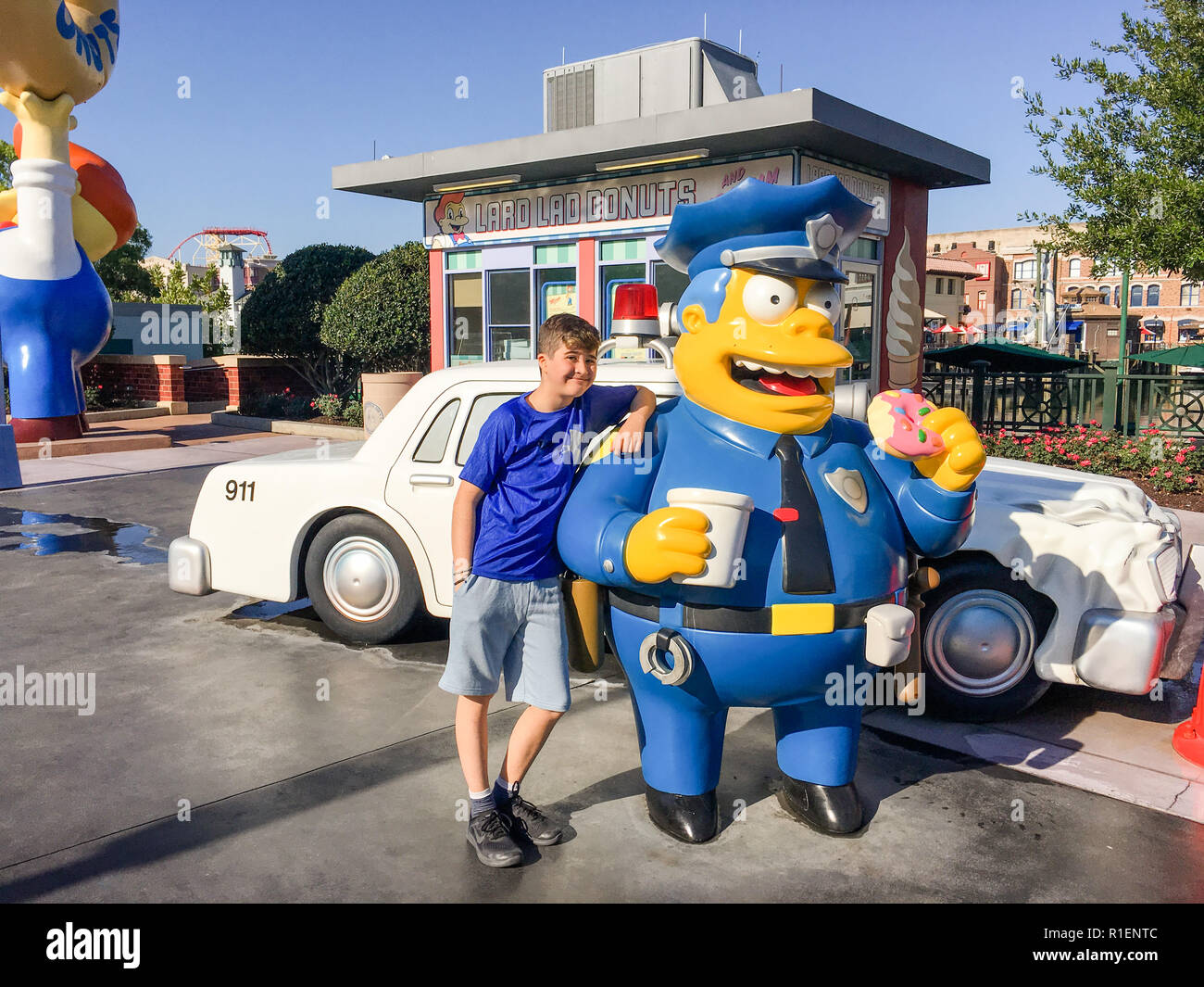 APRIL 25, 2018 - ORLANDO, FLORDIA: TWELVE YEAR OLD BOY WITH CHIEF WIGGAM FROM THE SIMPSONS AT UNIVERSAL STUDIOS. - Stock Image