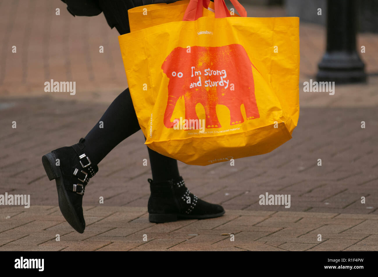 c214b4c2ce76d Blackpool, Lancashire, UK. 10th Nov, 2018. Sports Direct, (Sports Direct  International plc) Shoppers, shopping and shops on a busy Christmas shopping  day in ...