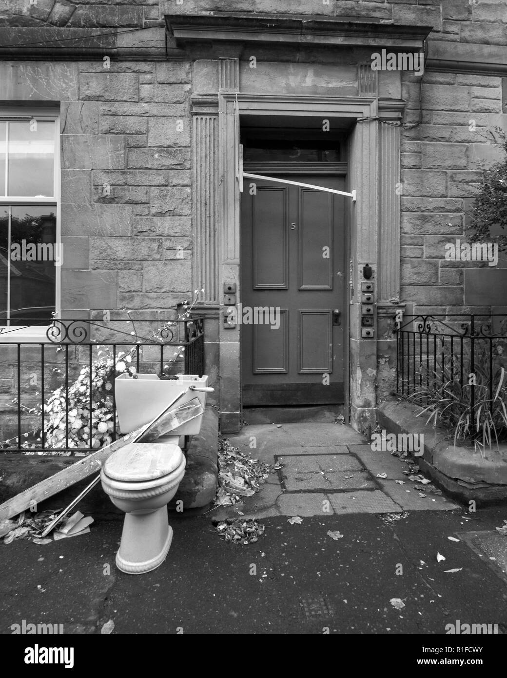 EDINBURGH, SCOTLAND - NOVEMBER 10th 2018: A toilet being left outside. Hopefully for the bin men to collect. - Stock Image