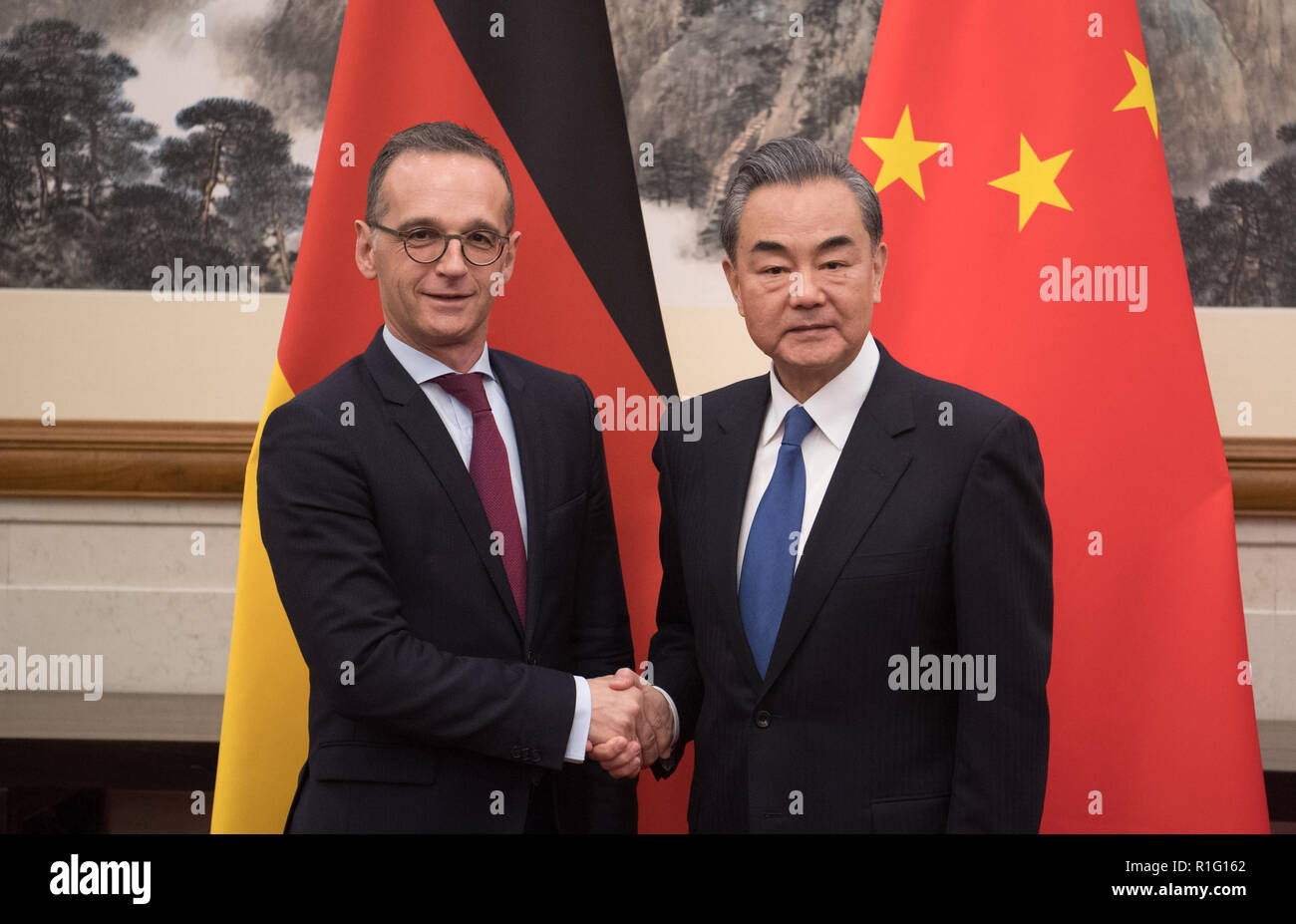 Peking, China. 13th Nov, 2018. Heiko Maas (SPD, l), Foreign Minister of Germany, is welcomed by Wang Yi, Foreign Minister of China, for a strategic dialogue in Beijing. Credit: Ralf Hirschberger/dpa/Alamy Live News - Stock Image