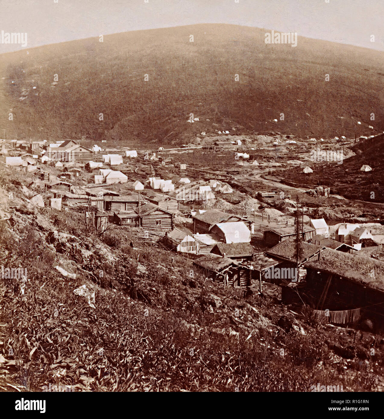 Township and tents set up at the junction of gold-rich Eldorado and Bonanza creeks, Yukon District, Canada, 1901, taken during the Klondike gold rush - Stock Image