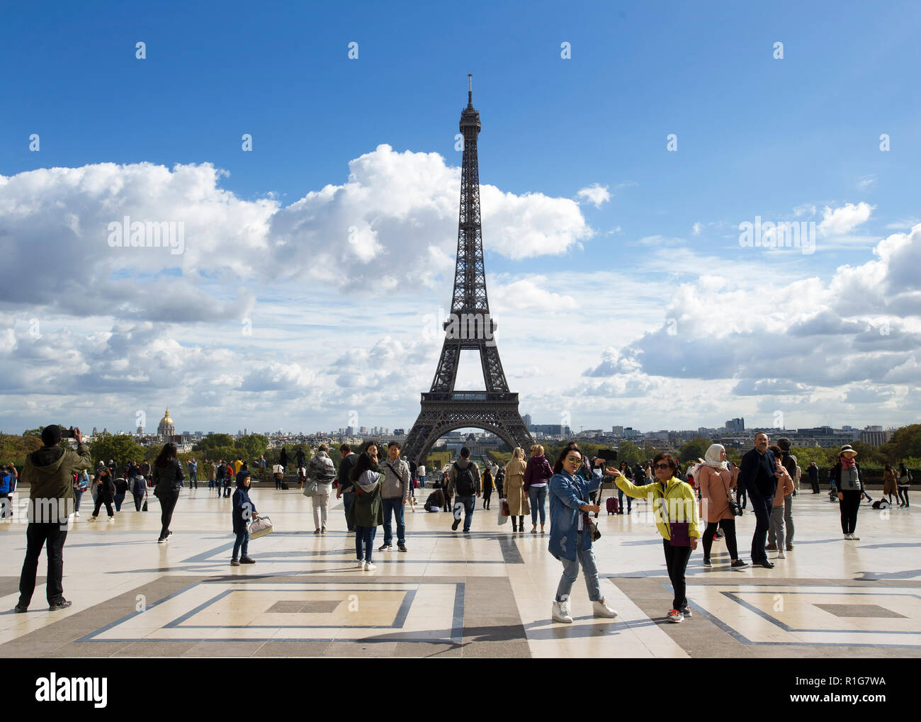 Tourists in the Place du Trocadéro overlooking the Eiffel Tower, Paris, France - Stock Image