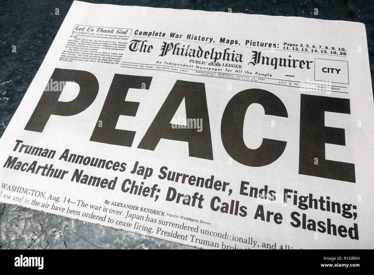Front page headline on The Philadelphia Inquirer (replica), 15th August 1945, after the Japanese surrender at the end of the Second World War. - Stock Image