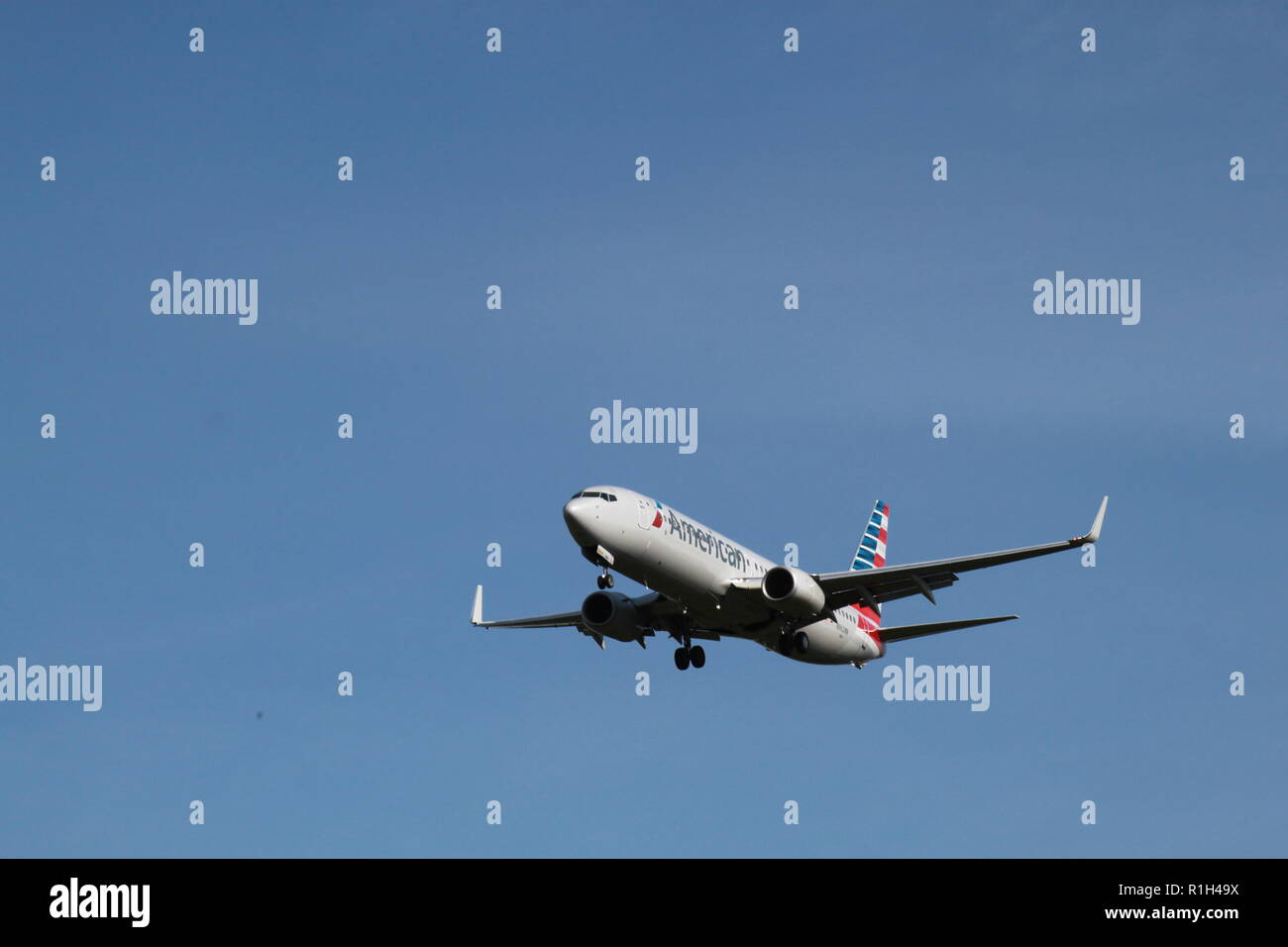 American Airlines Boeing 737-823 N962NN pcomming in for a landing at Dulles Airport, Dulles, VA. Stock Photo